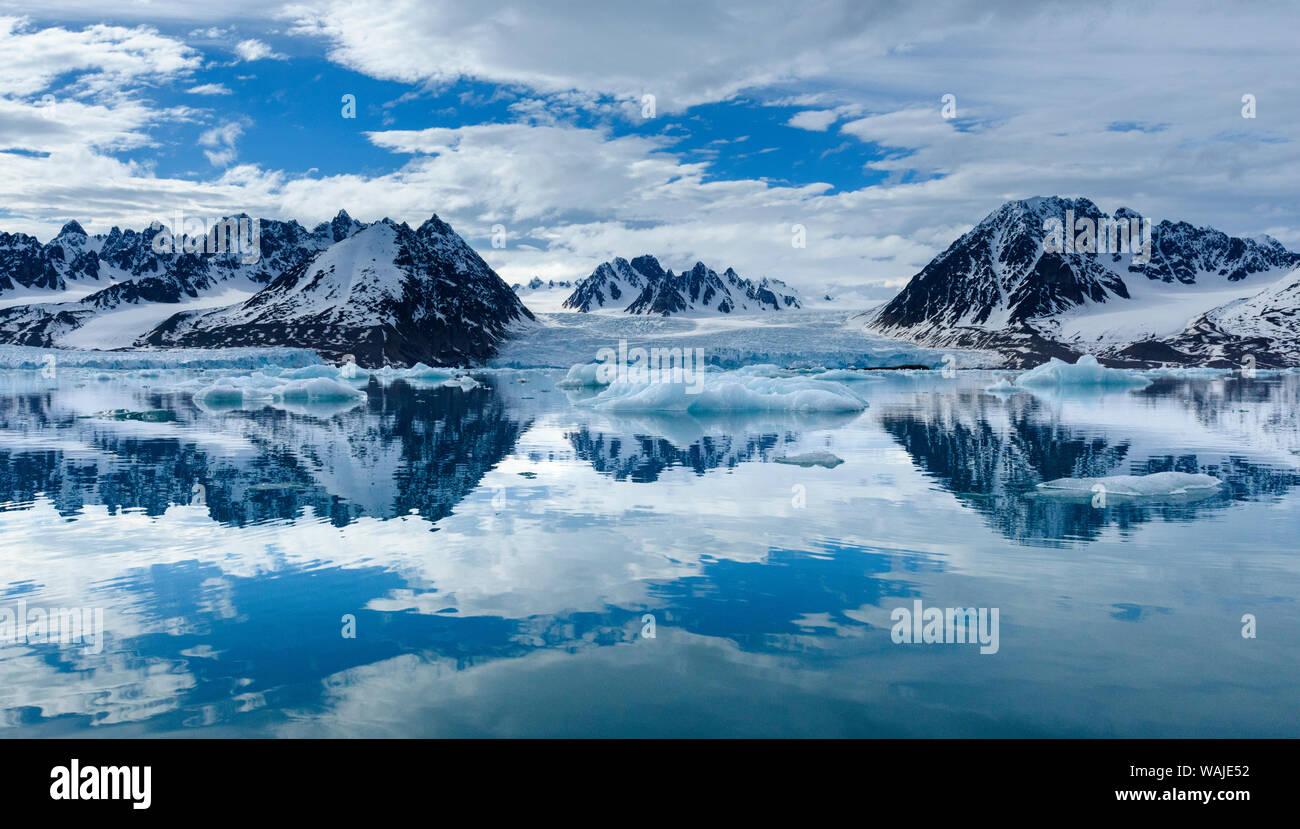 Norvegia Isole Svalbard, Spitsbergen. Monacobreen ghiacciaio e le riflessioni di montagna. Foto Stock
