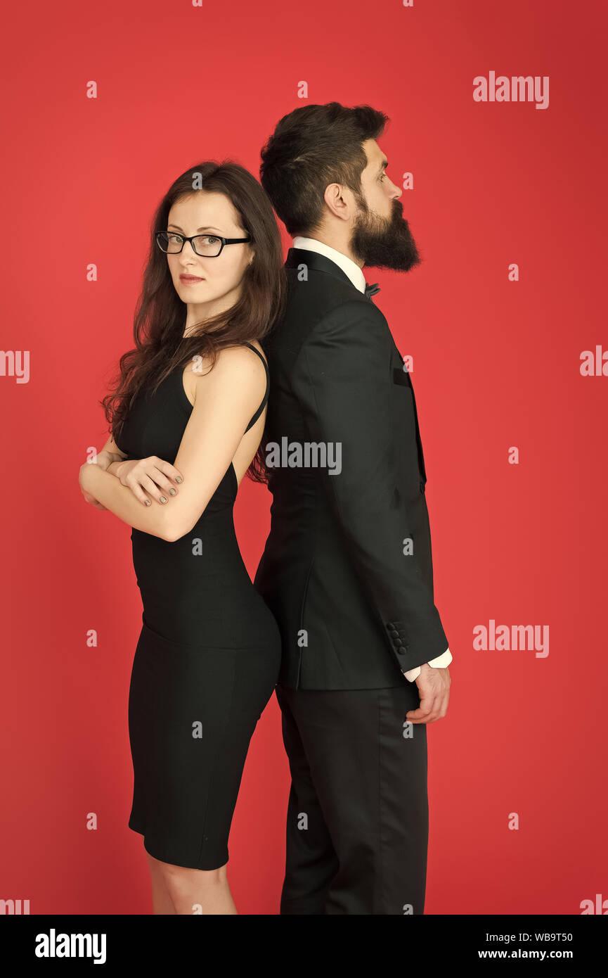 Negozi Di Vestiti Eleganti.Uomo Barbuto Hipster E La Donna In Abito Formale Sfondo Rosso