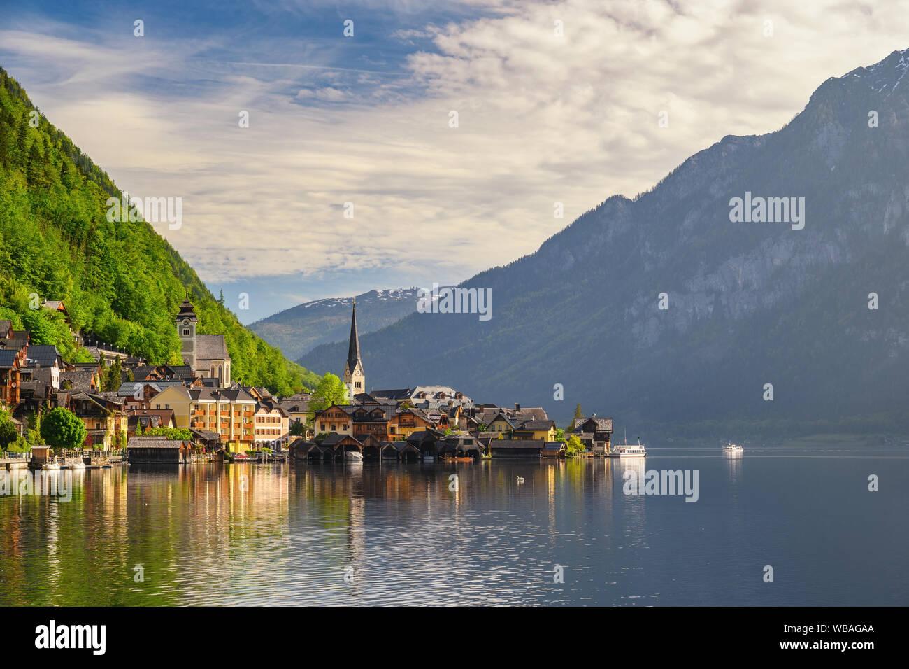 Hallstatt Austria, natura paesaggio di Hallstatt village con il lago e montagna Foto Stock