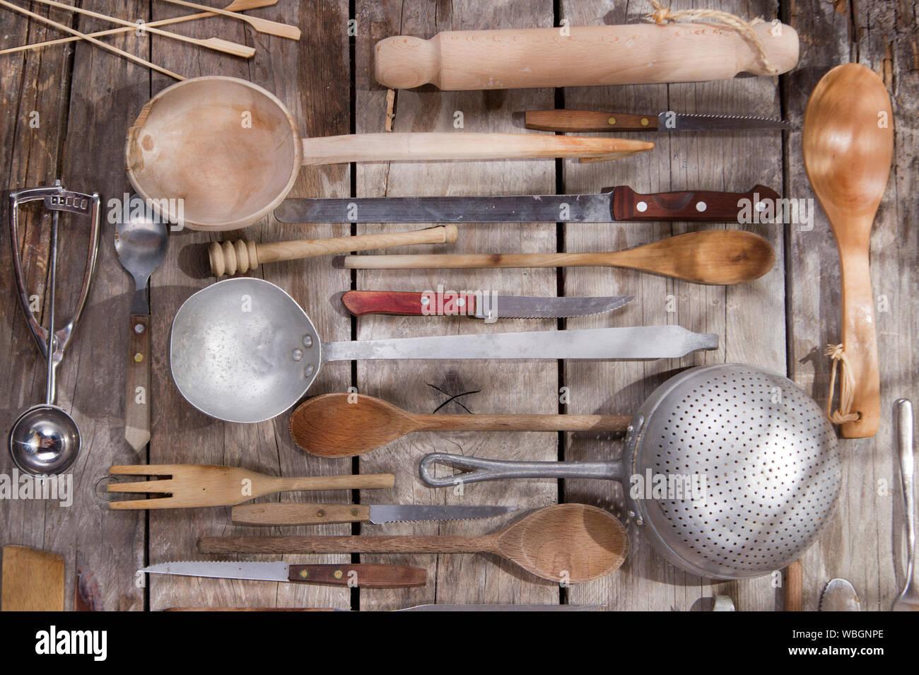 Vari utensili da cucina appeso su legno Foto Stock