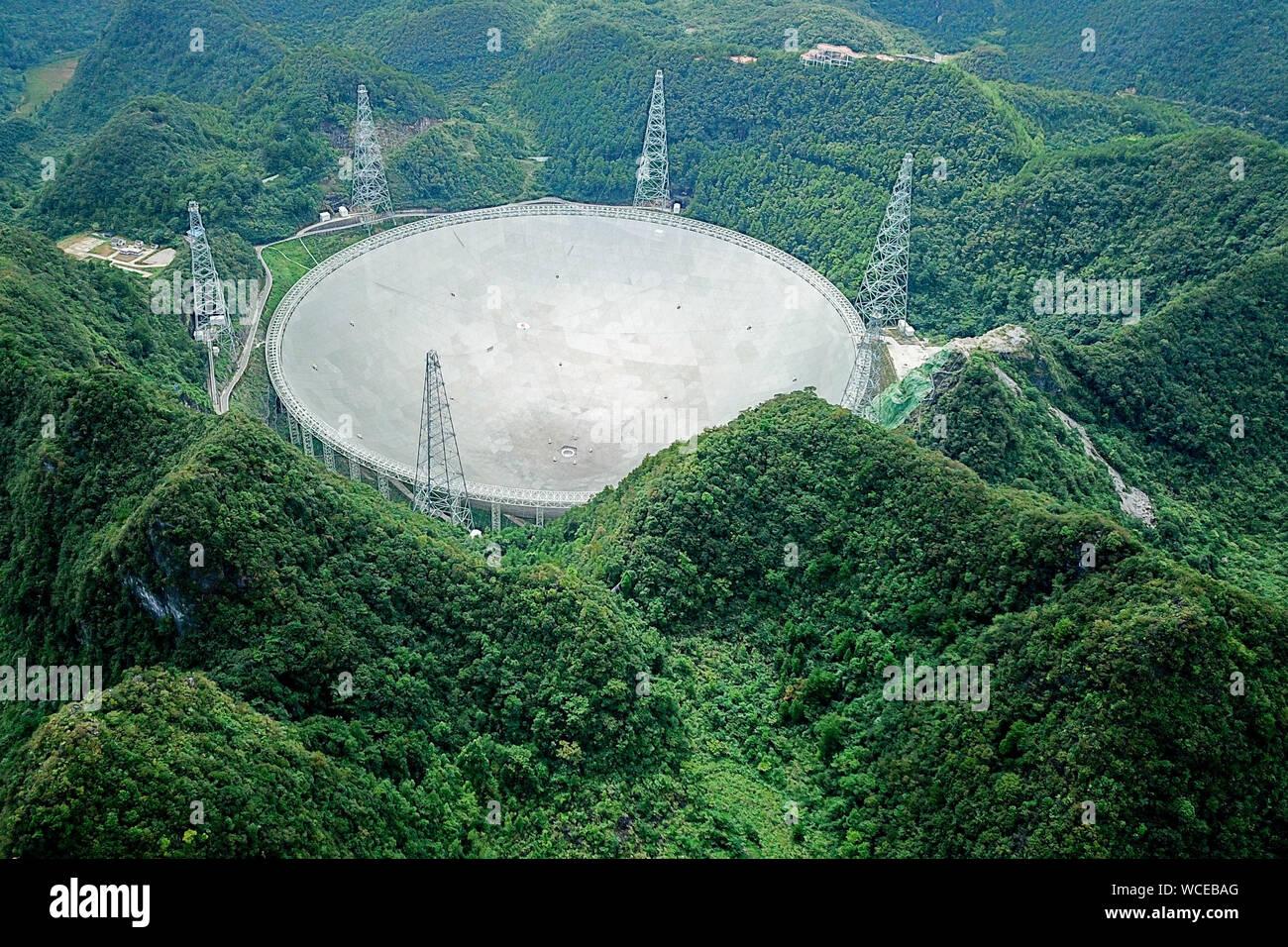 Pingtang. Il 27 agosto, 2019. Foto aeree prese su agosto 27, 2019 mostra la Cina del cinque-cento metri di apertura sferica telescopio radio (veloce) nel sud-ovest della Cina di Guizhou. La Cina è veloce, il più grande del mondo di un piatto unico radio telescopio sarà salutare il terzo anniversario della operazione che ha avuto inizio nel settembre 2016. Credito: Ou Dongqu/Xinhua/Alamy Live News Foto Stock