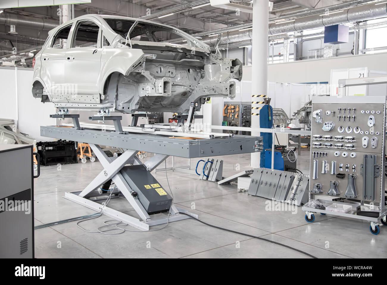 Telaio di auto in un auto officina di produzione. Gli strumenti di raccolta. Negozio di riparazioni auto. Foto Stock