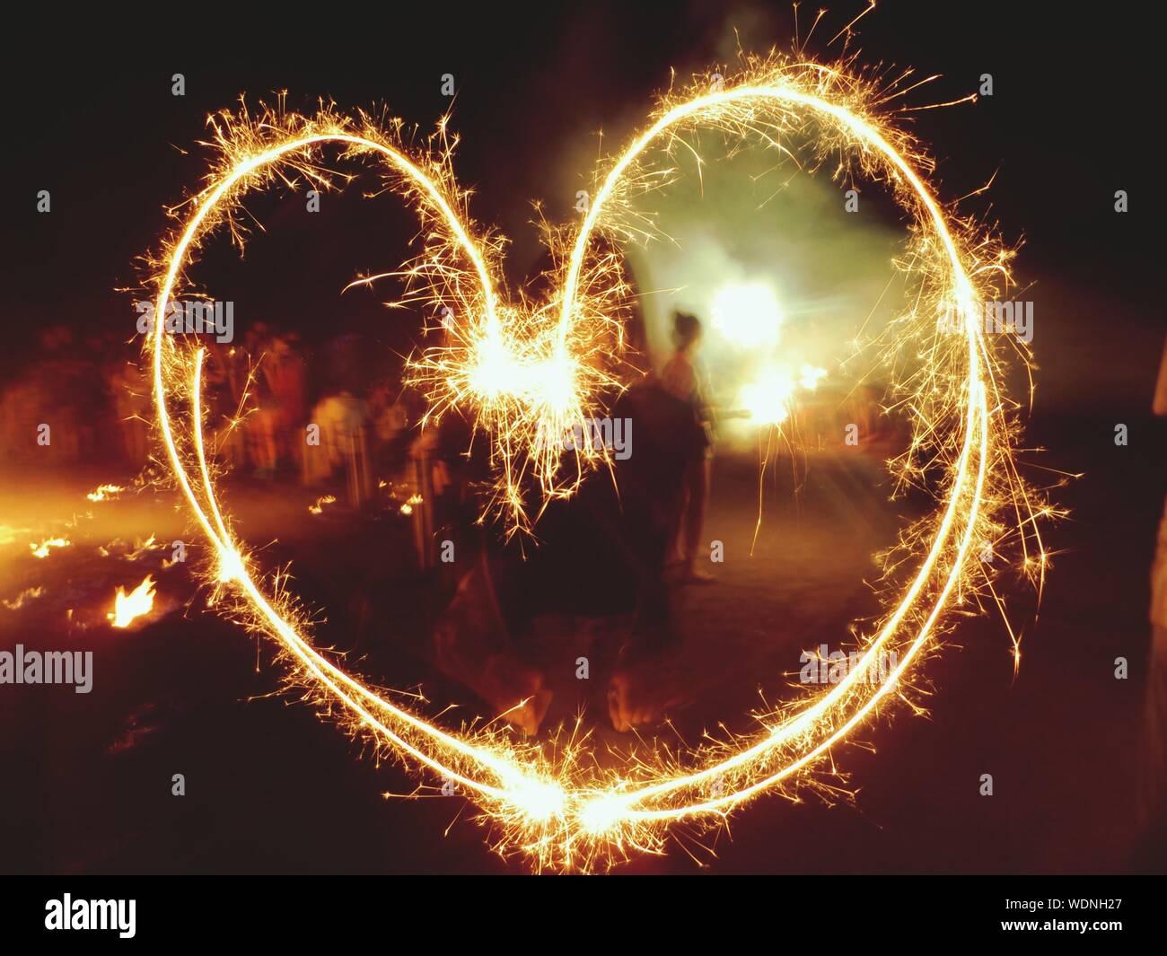 Forma di cuore fatta di fuochi d'artificio Foto Stock