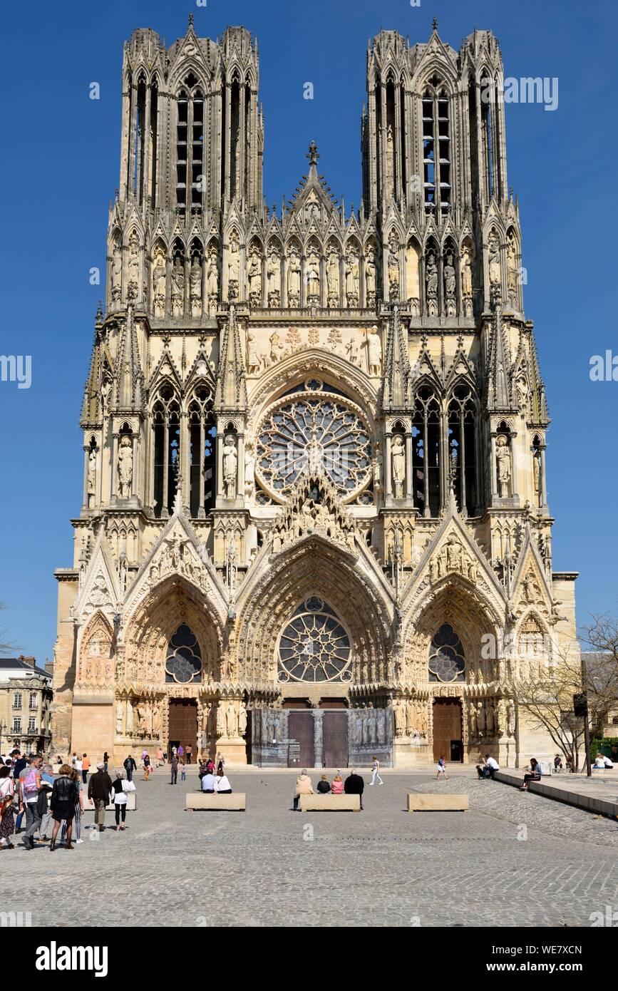 Francia, Marne, Reims, la cattedrale di Notre Dame, la cattedrale di Notre Dame, facciata e plaza pedonale Foto Stock