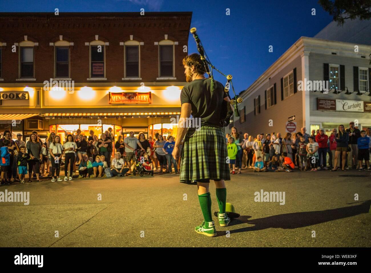 Stati Uniti, New England, Massachusetts, Cape Ann, Gloucester, Main Street Block Party, performer di Scottish kilt e cornamuse Foto Stock