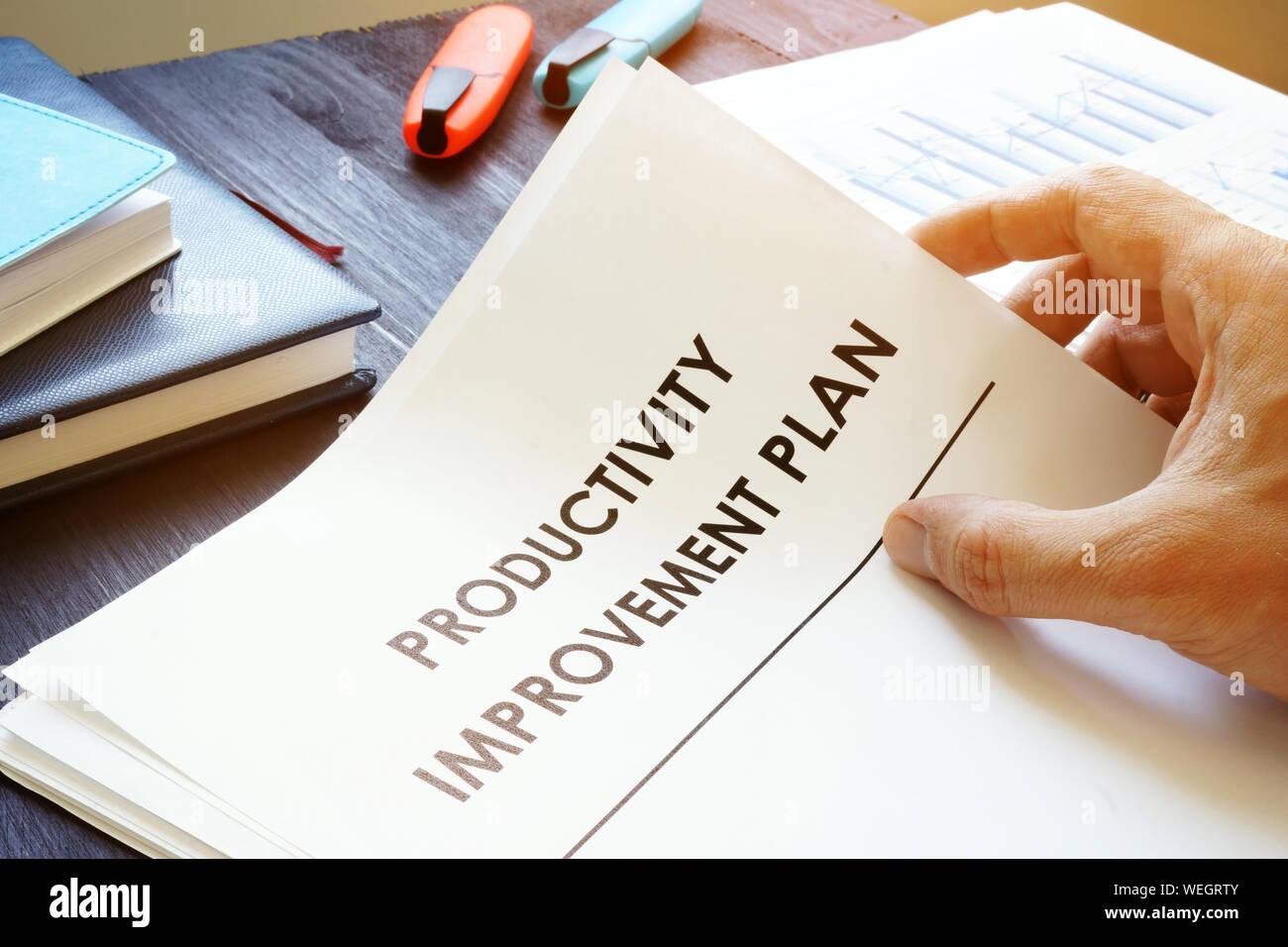 L uomo è la produttività di contenimento del piano di miglioramento. Foto Stock