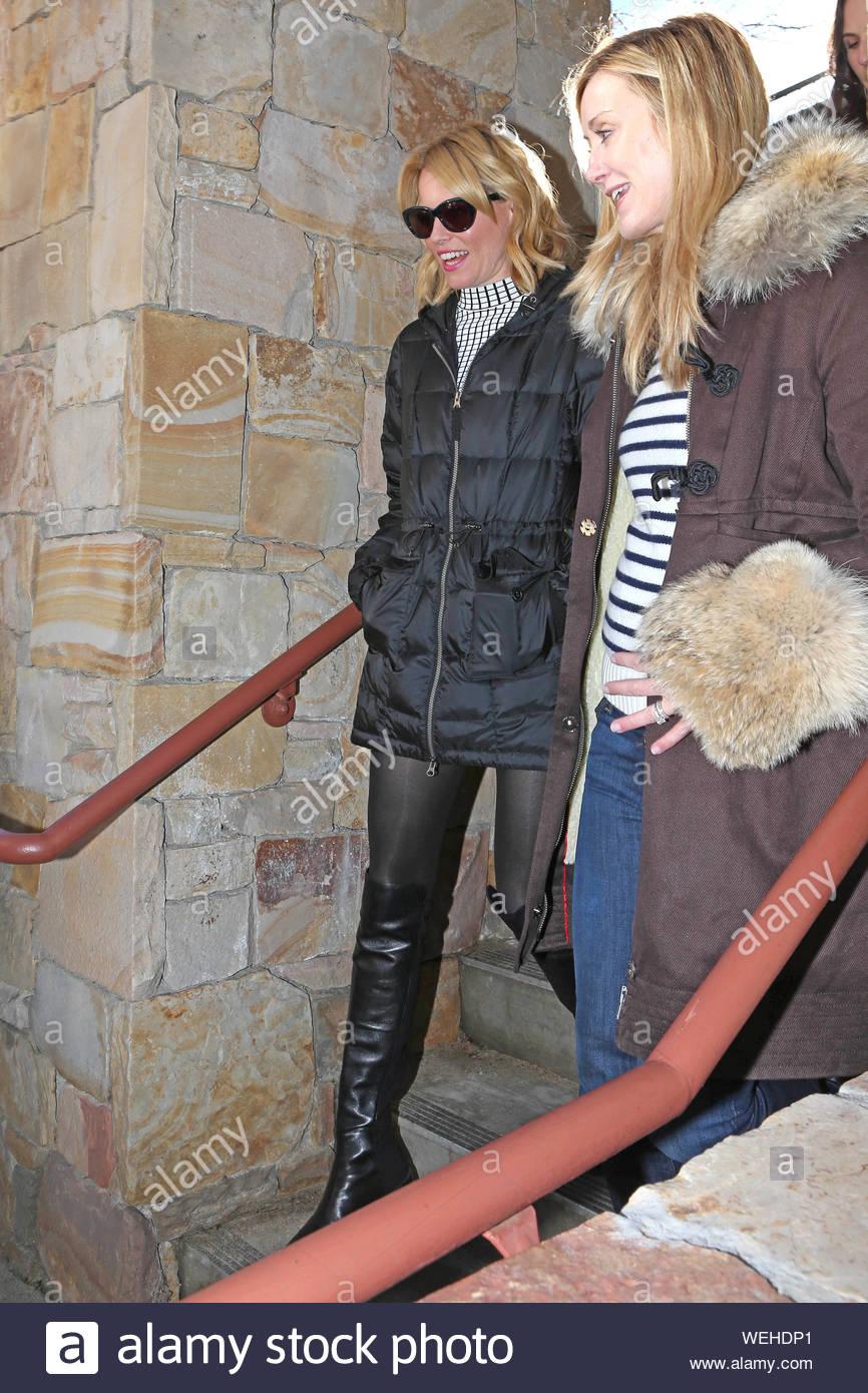 Piccoli Stivali E Sopra Lei giacca invernale nera immagini & giacca invernale nera fotos