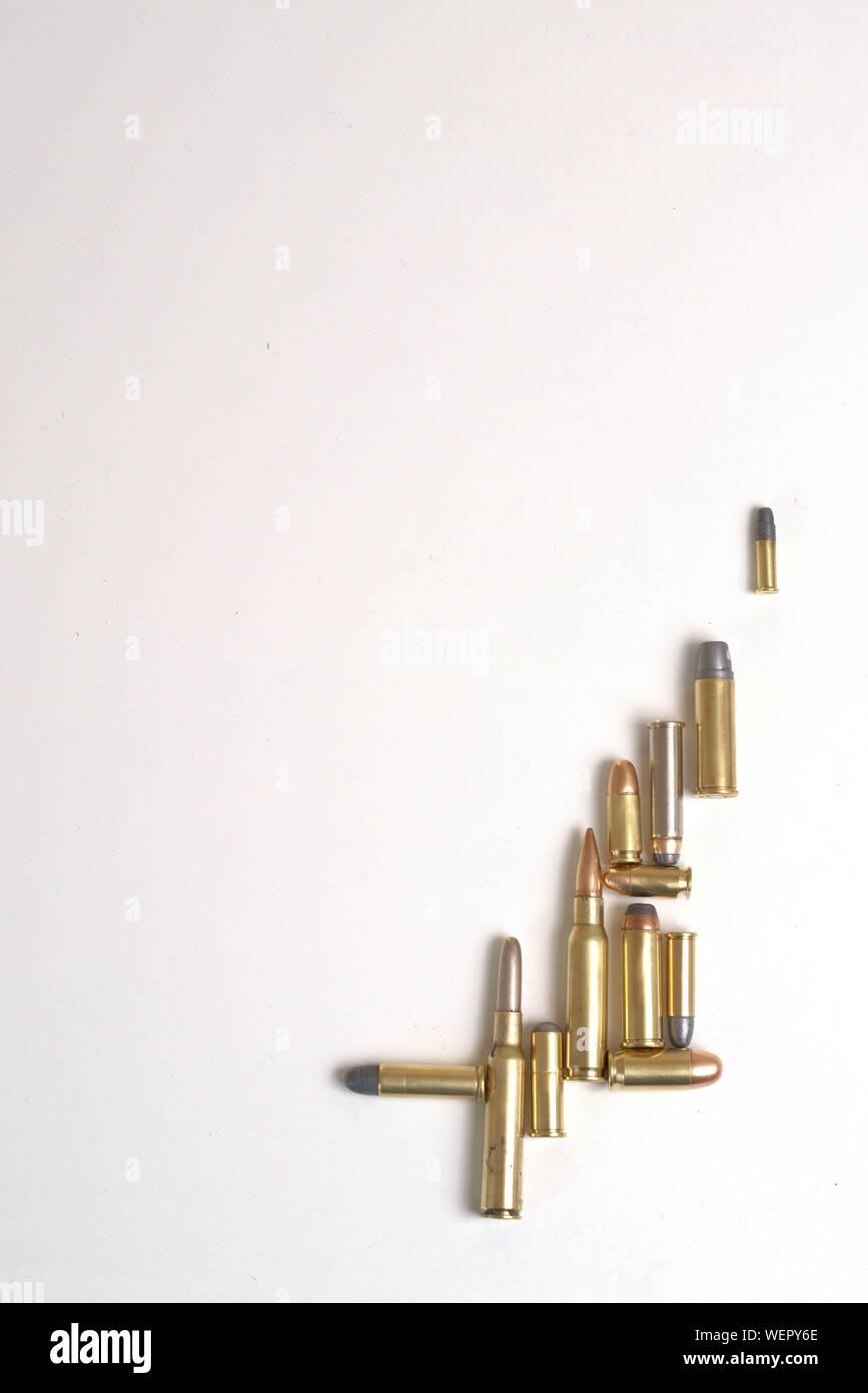 Collage di pallottole di calibri diversi su uno sfondo bianco. Ci sono diversi tipi di proiettili: Full Metal Jacket, punto morbido, becchi tondi, appartamento n. Foto Stock