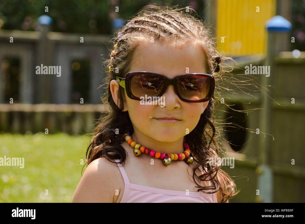 Ritratto di una ragazza indossando occhiali da sole Foto Stock