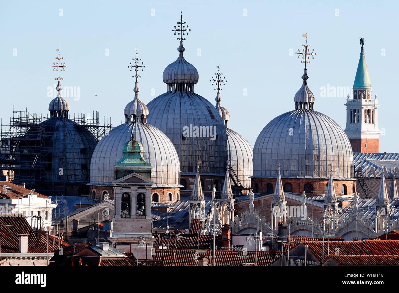Tetto della Basilica di San Marco, un esempio di architettura bizantina costruita la prima volta nel IX secolo Venezia, Sito Patrimonio Mondiale dell'UNESCO, Veneto, Italia Foto Stock