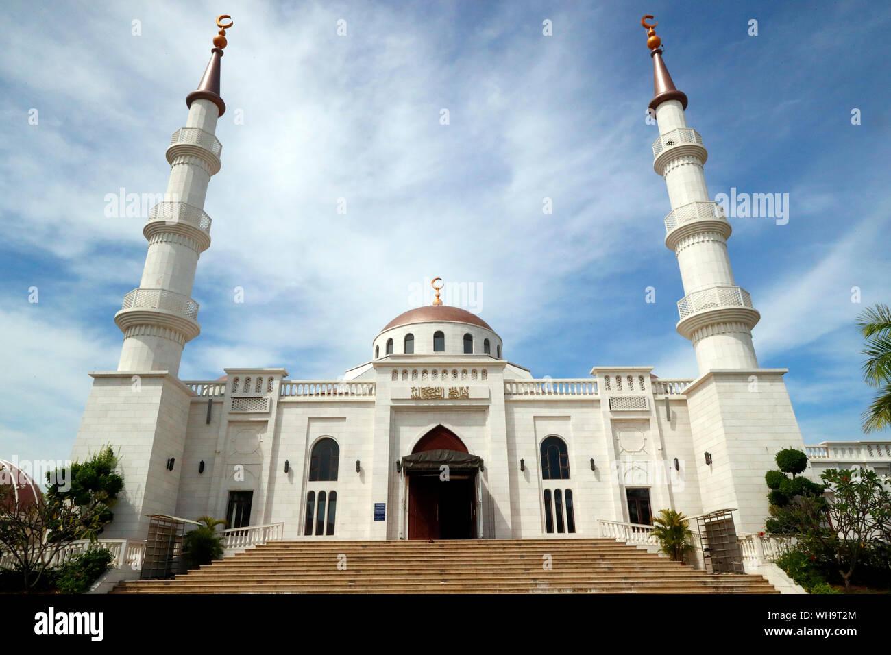 La Moschea Al-Serkal, entrata principale con due minareti, Phnom Penh, Cambogia, Indocina, Asia sud-orientale, Asia Foto Stock