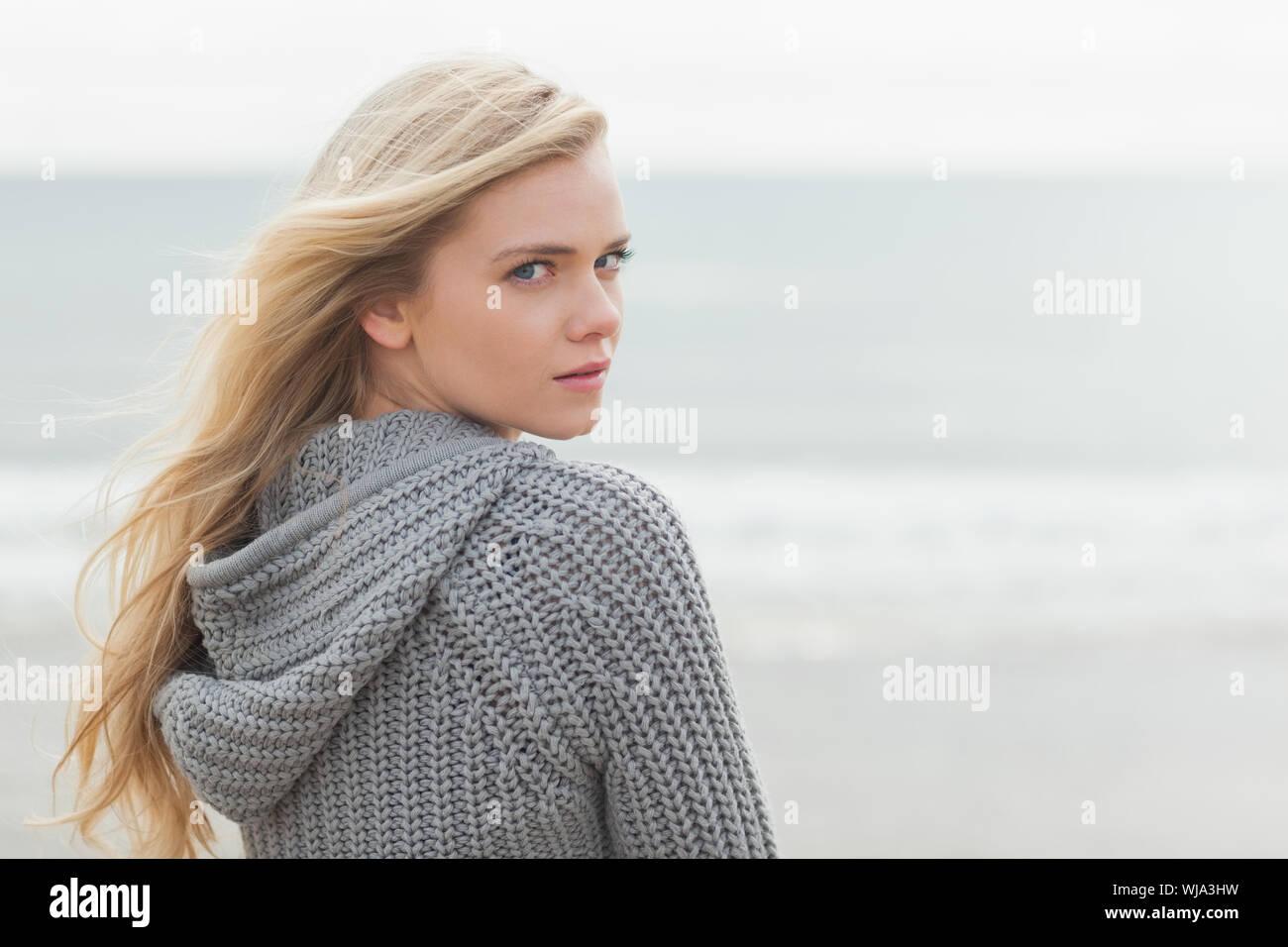 Giovane donna in una giacca calda e lavorato a maglia con