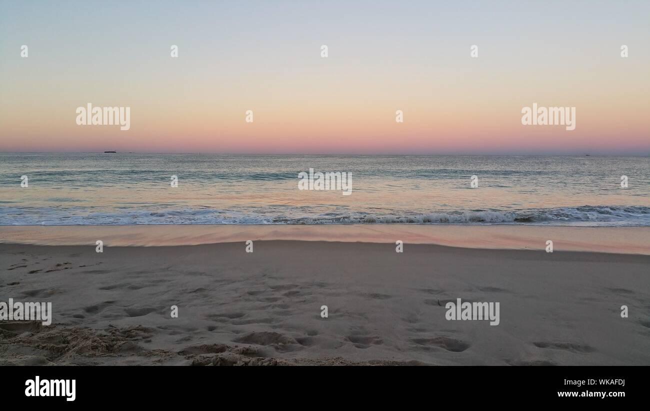Vista panoramica del mare al tramonto Foto Stock