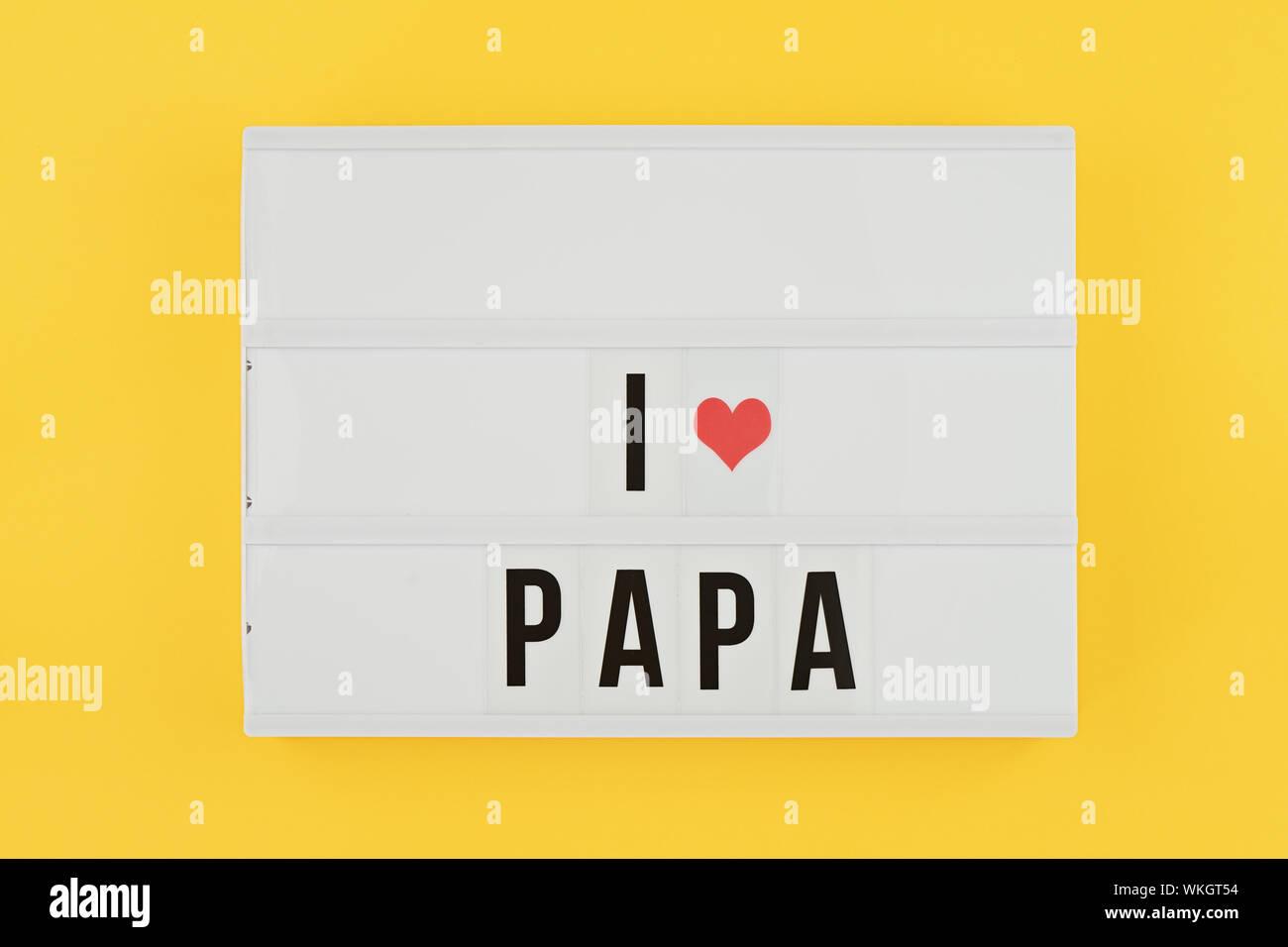 I Padri felice giorno appartamento laici. Lightbox con testo mi amore papa su sfondo giallo con cuore rosso. Biglietto di auguri per celebrare la festa del papà Foto Stock