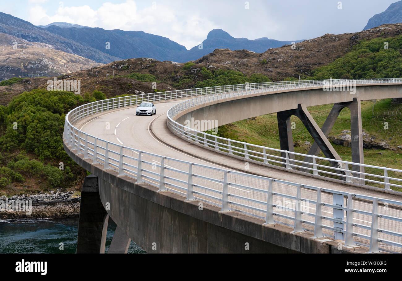 Guida auto sul ponte Kylesku sulla costa nord 500 tourist motoring rotta nel nord della Scozia, Regno Unito Foto Stock