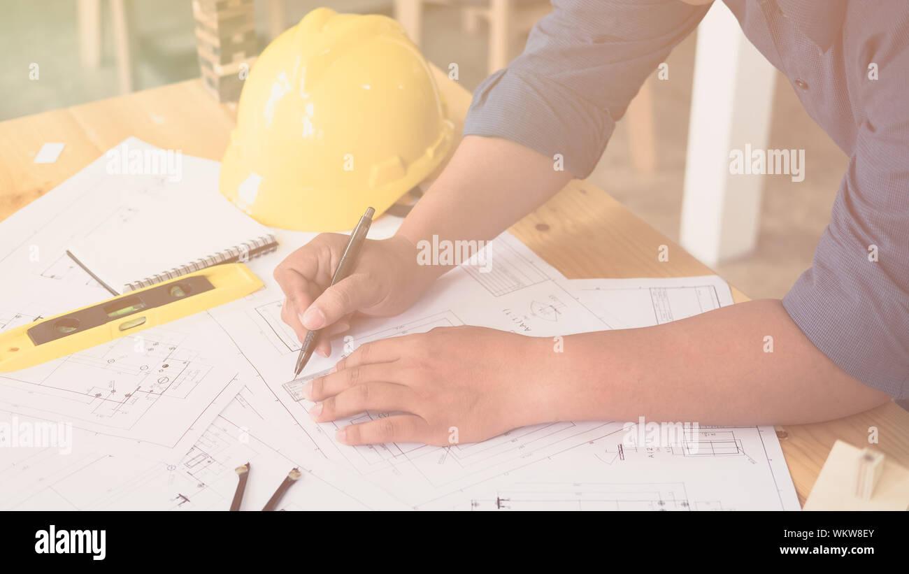 Elevato angolo di visione dell'uomo Blueprint di disegno su tavola Foto Stock