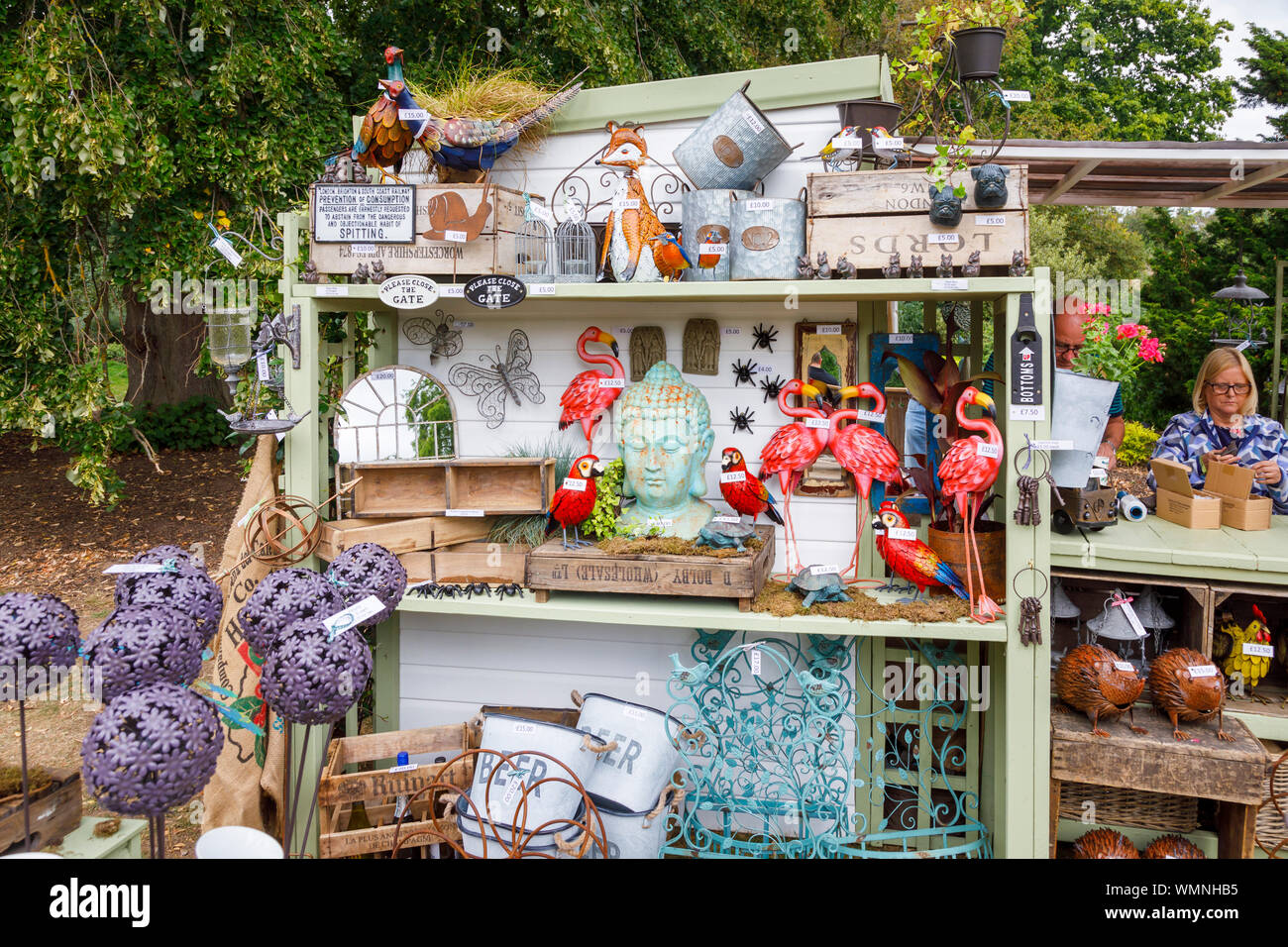 Giardino ornamenti per la vendita in una fase di stallo a settembre 2019 Wisley Garden Flower Show al giardino RHS Wisley, Surrey, sud-est Inghilterra Foto Stock