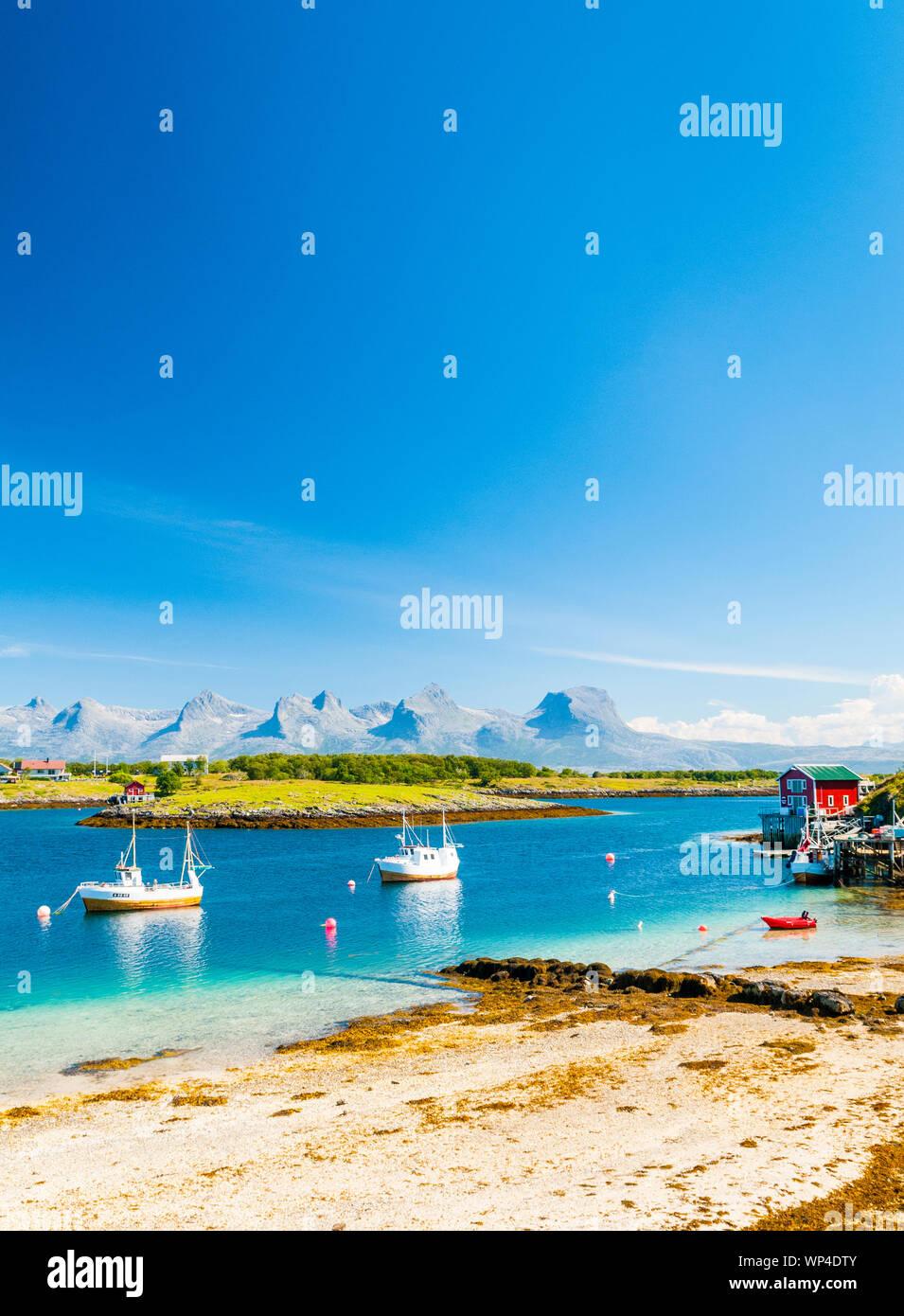 Le montagne di sette sorelle in Norvegia settentrionale visto dall'isola di Herøy. Foto Stock