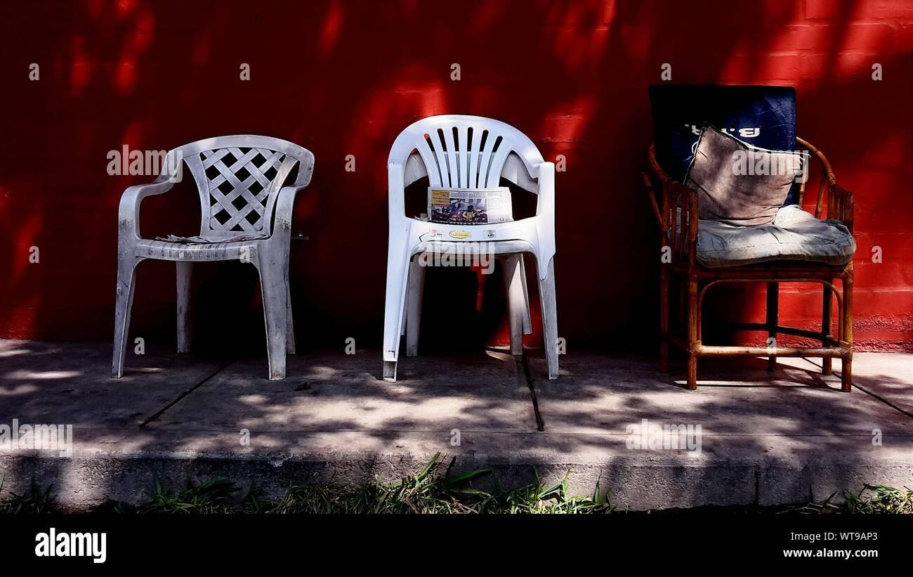 Stock Sedie In Plastica.Le Sedie In Plastica Contro La Parete Rossa Foto Immagine Stock