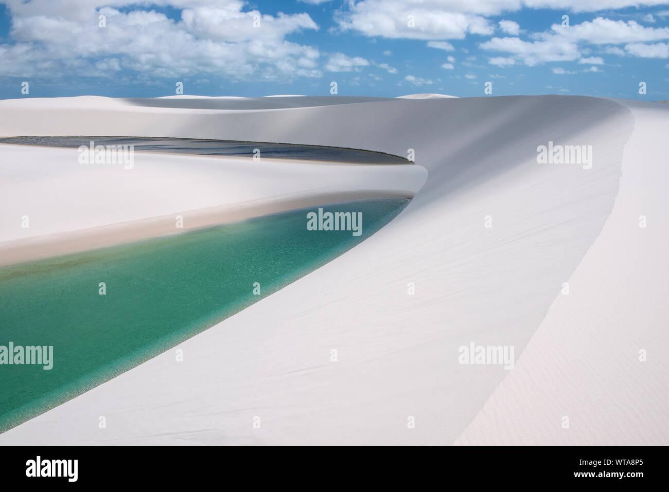Abbagliante paesaggio di dune e laghi a Lencois Maranhenses Foto Stock