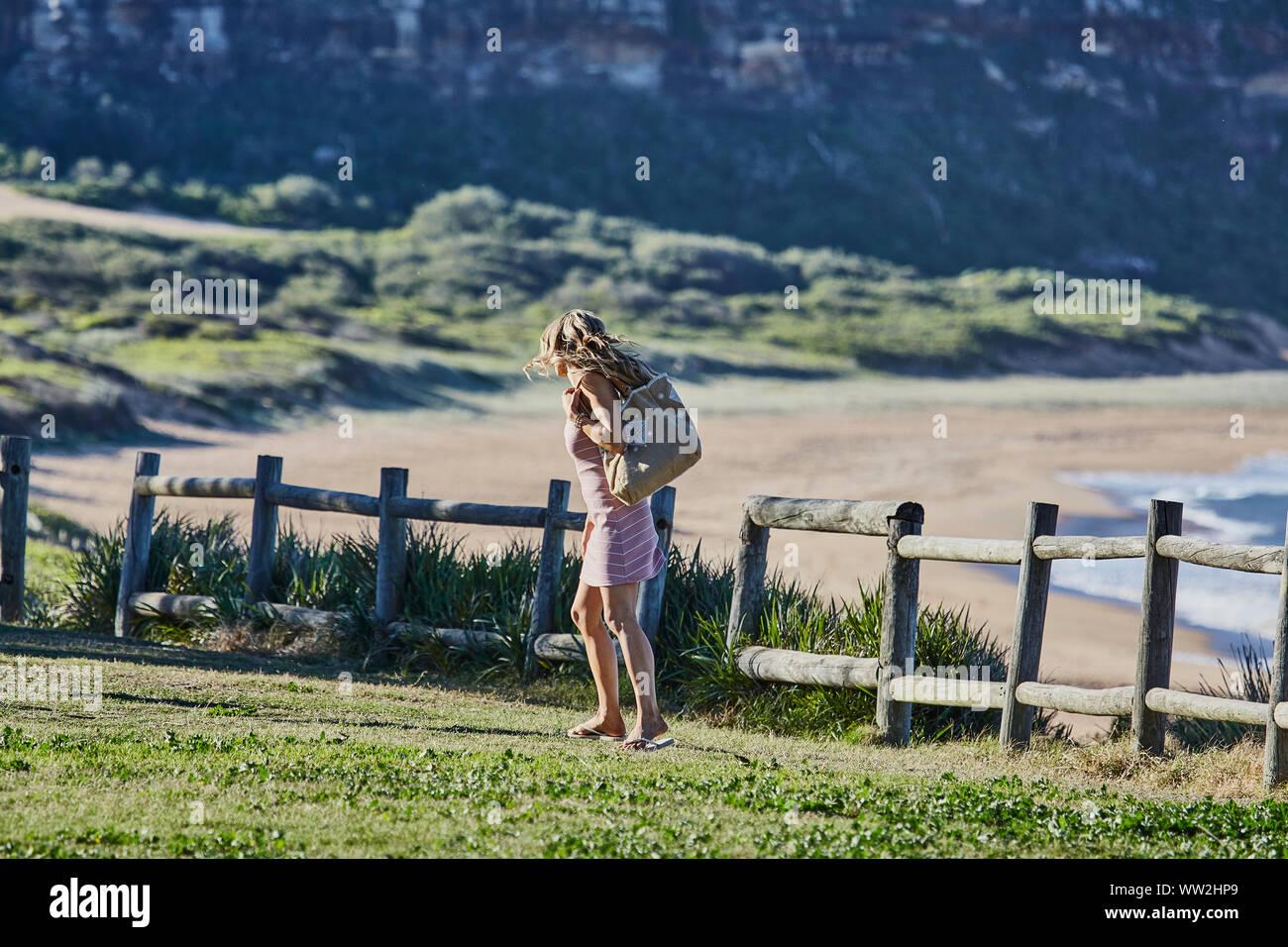 Attori Jake Ryan e Sam Frost preparare al film una scena esterna di Home &  Away serie tv a Palm Beach, Australia Foto stock - Alamy
