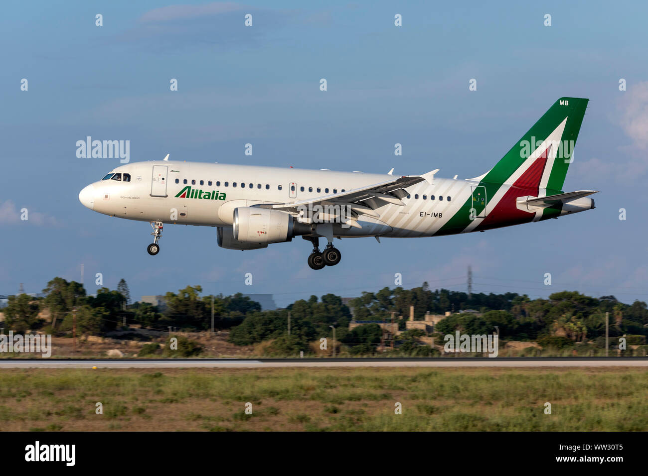 Alitalia Airbus A319-112 (EI-IMB) in arrivo sul quotidiano pomeriggio volo da Roma, Italia. Foto Stock