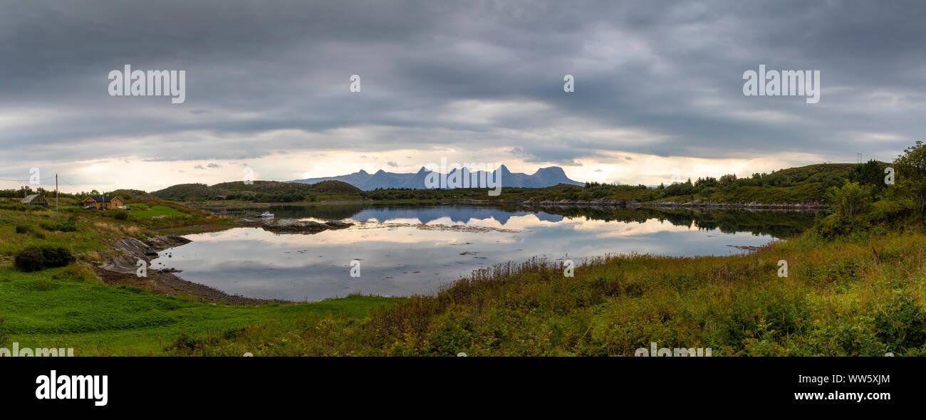 Vista panoramica, scenario sull isola Heroywith mountain range sette sorelle (syv søstre), Norvegia,Nordland Foto Stock