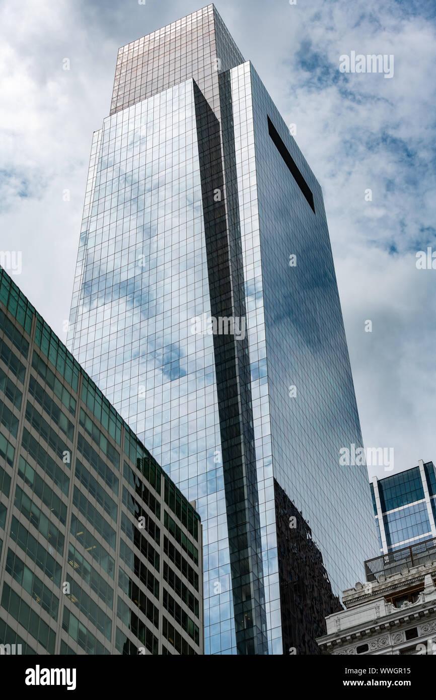 Nuvole riflettono in oriente vetro cortina muraria del centro Concast Foto Stock
