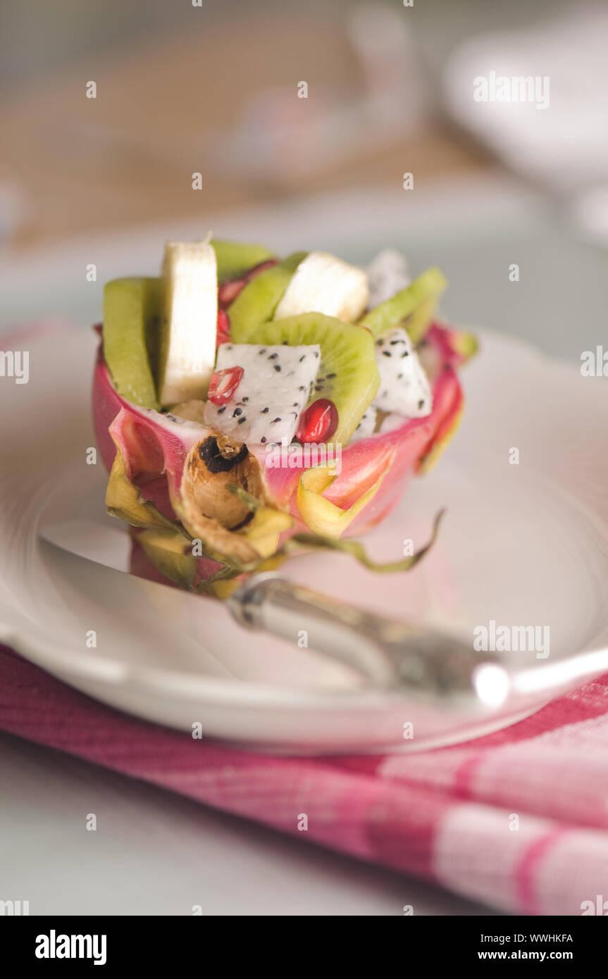 Dimezzato pitahaya con insalata di frutta Foto Stock