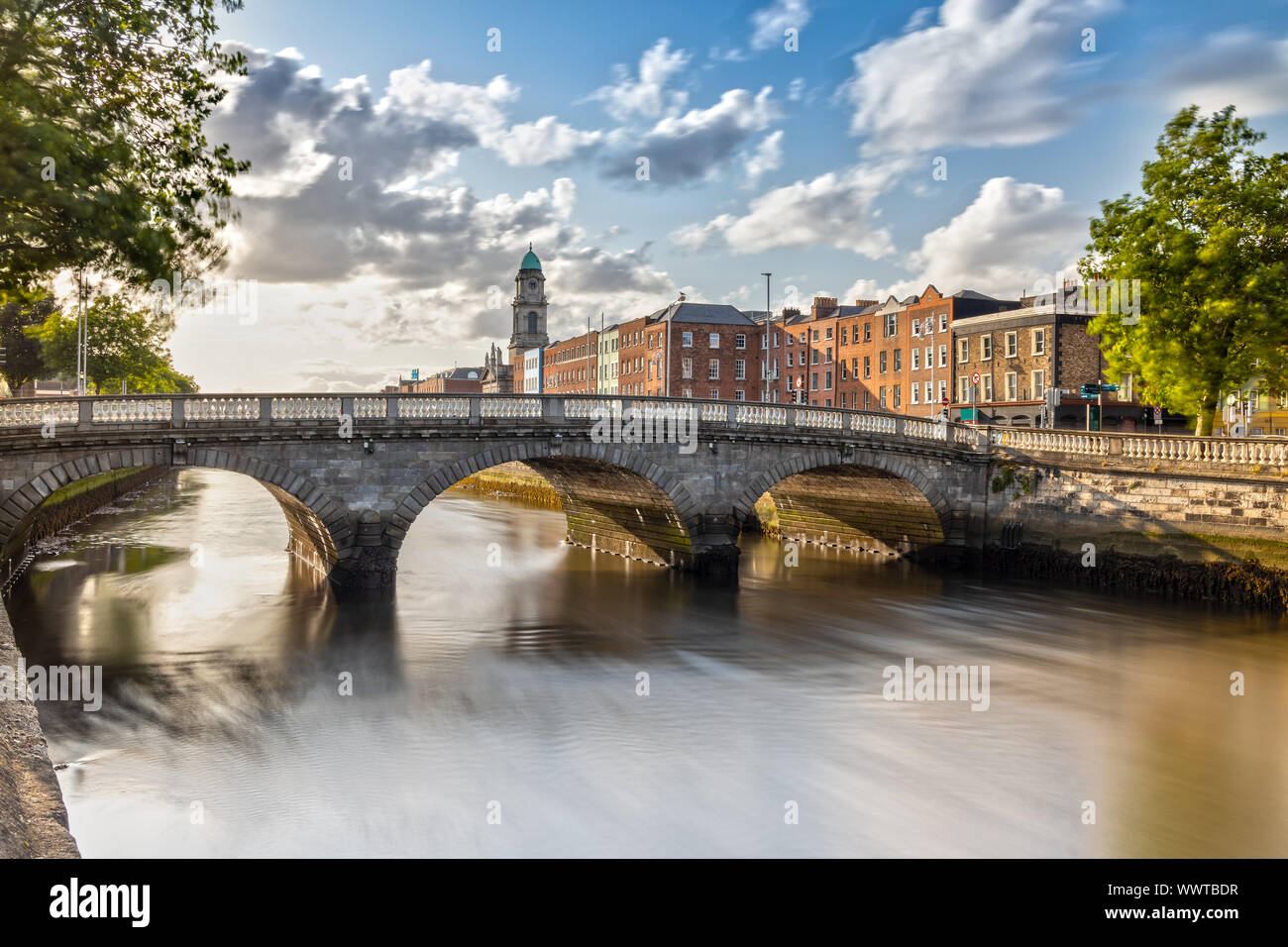 Chiesa di San Paolo e il fiume Liffey a Dublino, Irlanda Foto Stock
