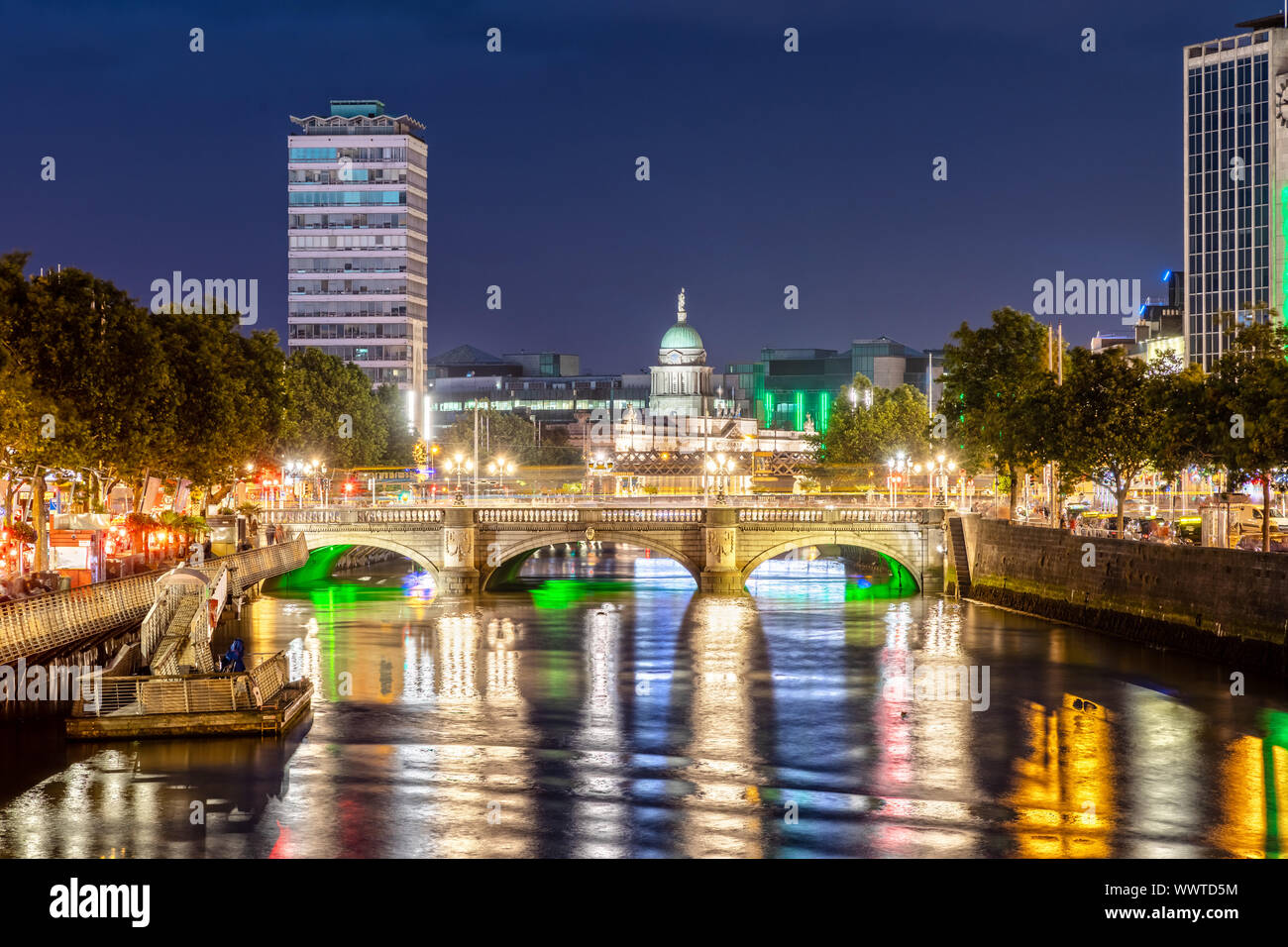 O'Connell Bridge a Dublino in Irlanda durante la notte Foto Stock