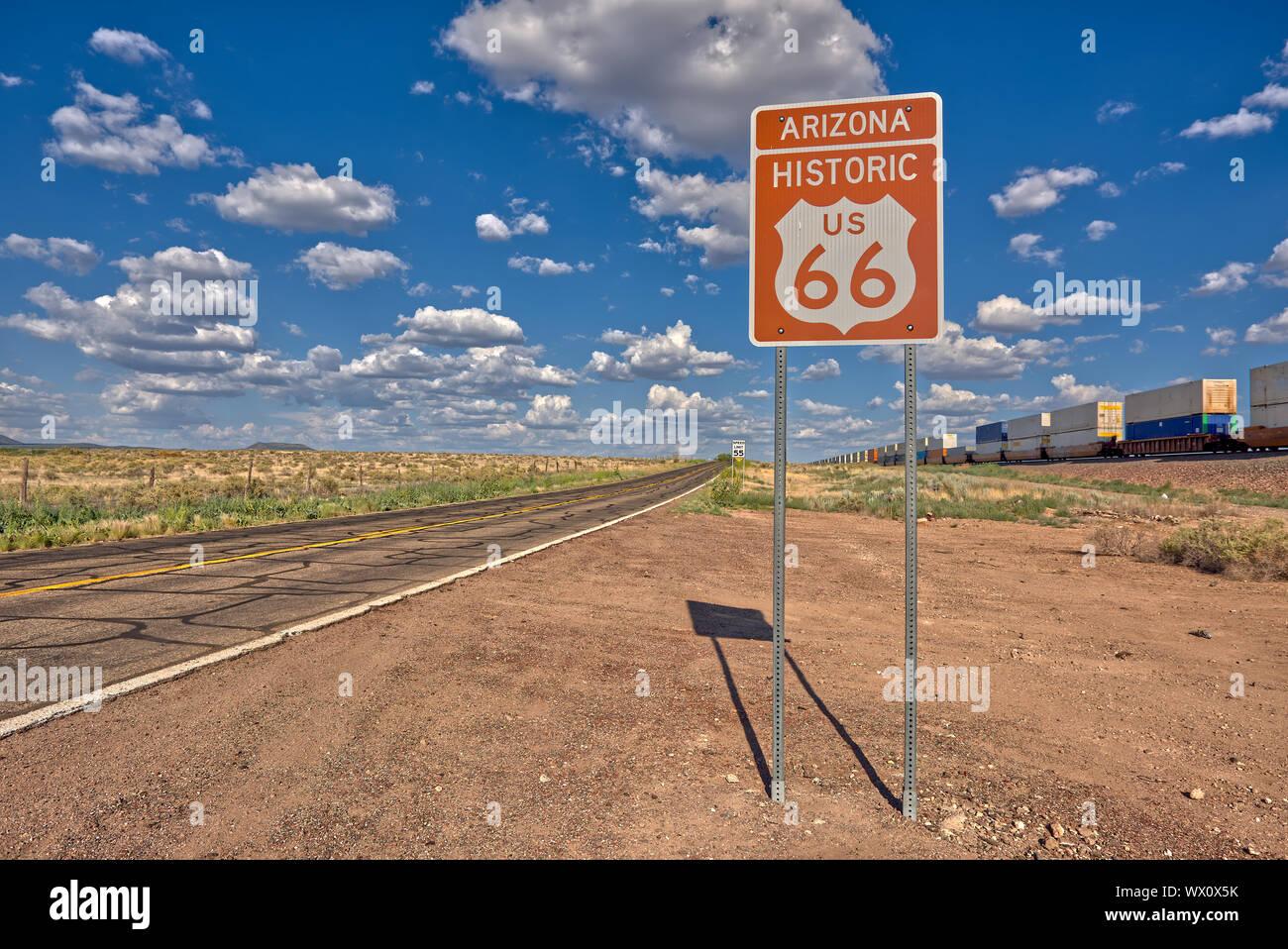 Cartello stradale marcatura storica Route 66 appena ad est di Seligman, il luogo di nascita della famosa strada, Arizona, Stati Uniti d'America, America del Nord Foto Stock