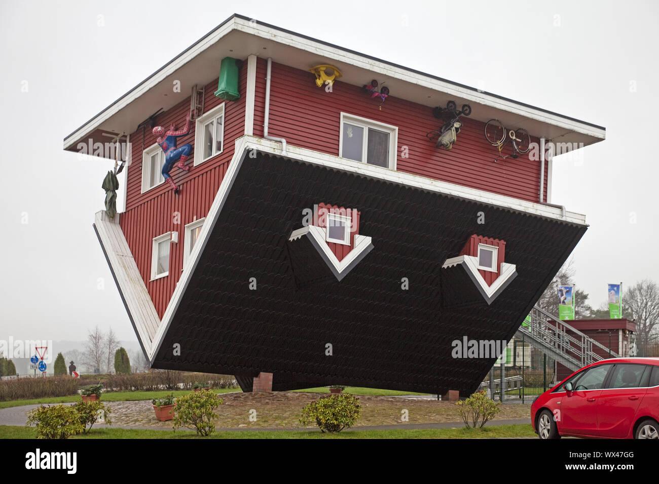 Il Crazy House, un upside down house con attrezzature complete, Bispingen, Bassa Sassonia, Germania Foto Stock