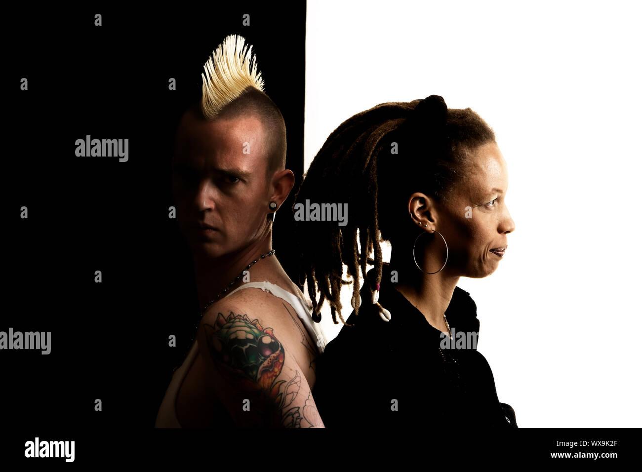 Uomo caucasico con Mohawk e donna afro-americana con Dreadlocks Foto Stock