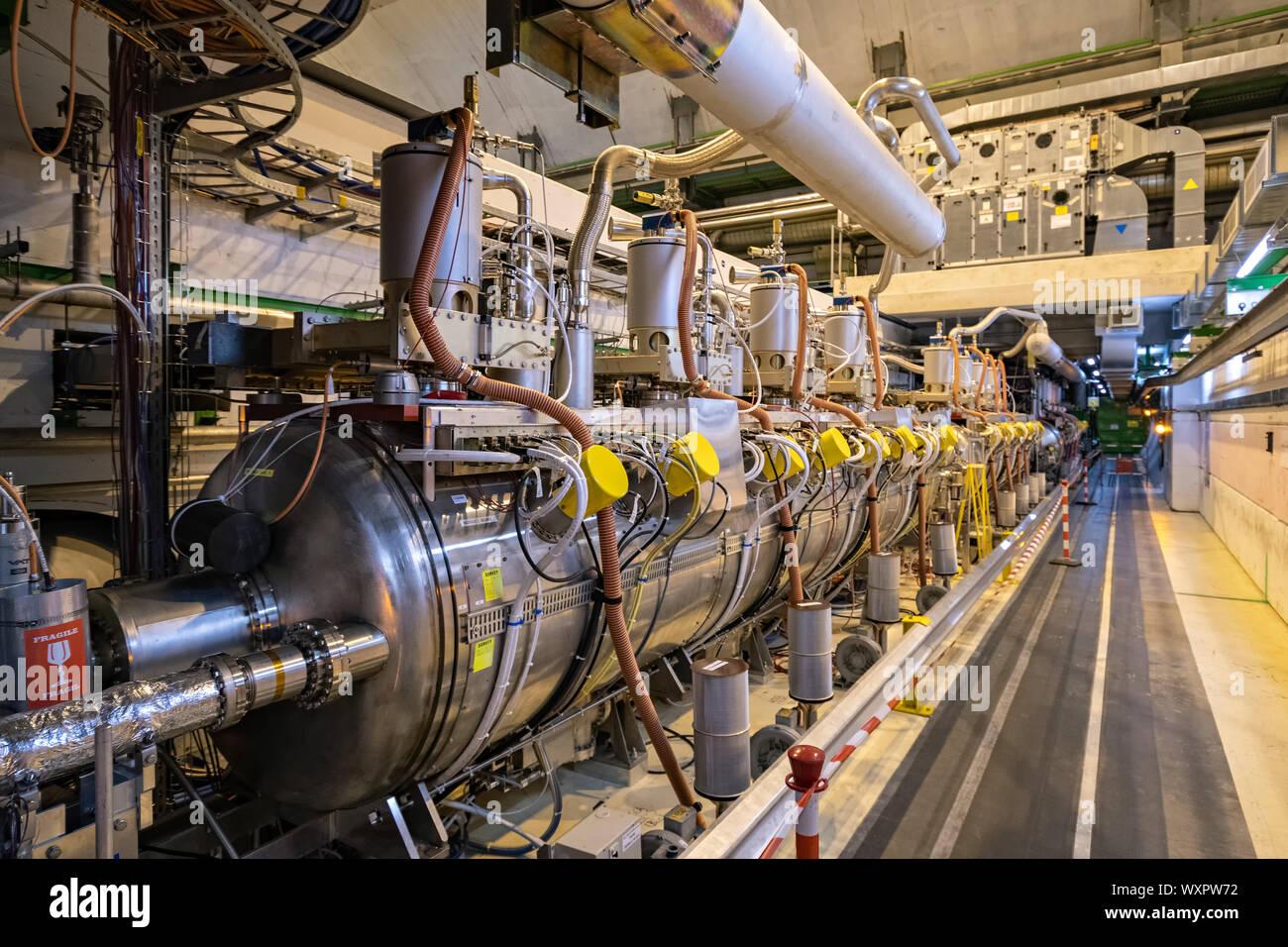 Superconduttori a radio frequenza cavità nel tunnel di LHC, CERN Foto Stock
