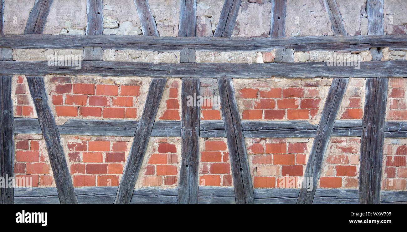Vecchio a struttura mista in legno e muratura con mattoni rossi Foto Stock