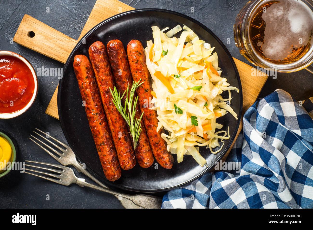 Salsicce, crauti, bretzels e birra. Foto Stock