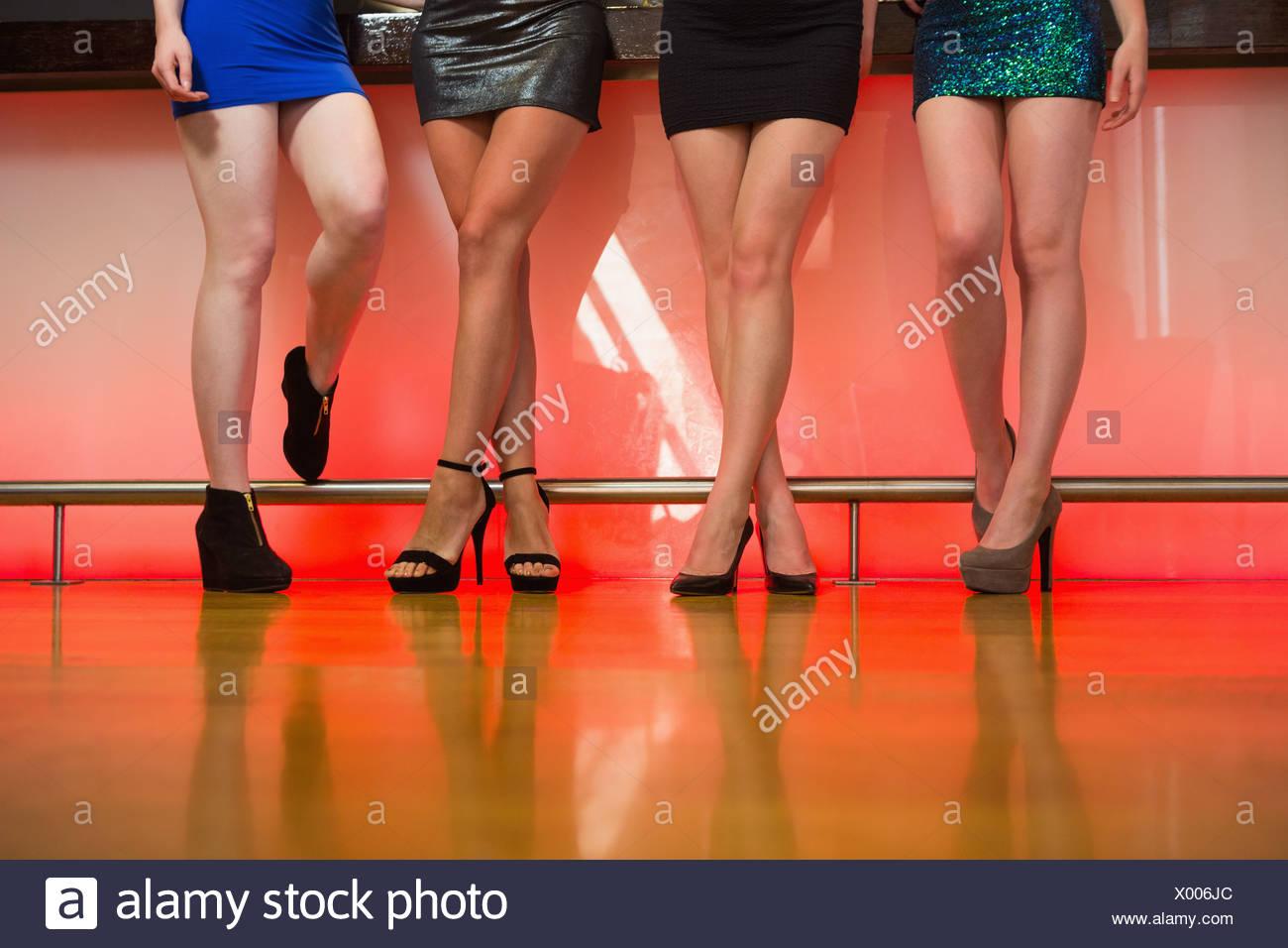 Giovani donne gambe in posa Immagini Stock