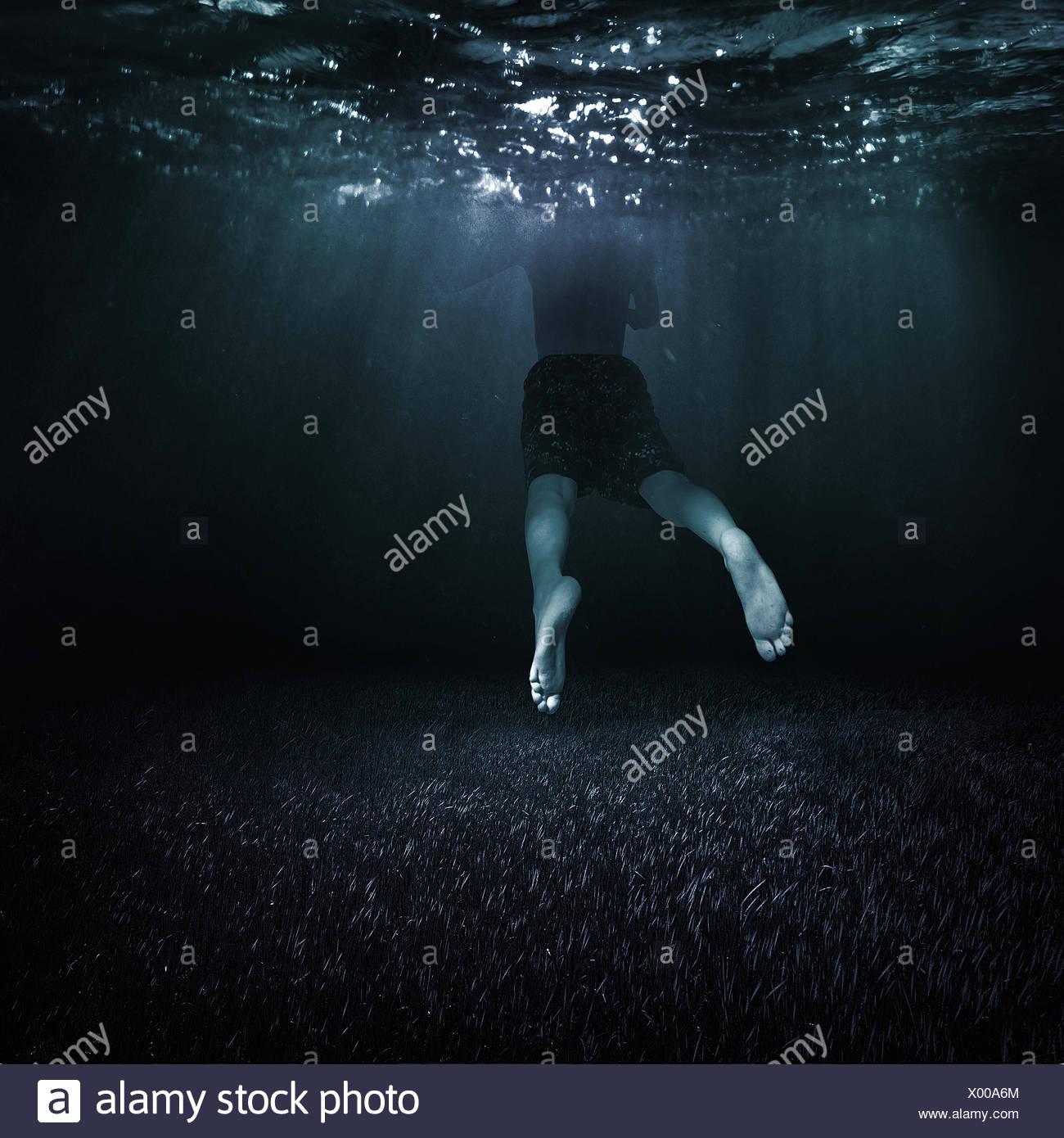 Canada, British Columbia, Vancouver, ragazzo (10-11) nuotare in acqua scura Immagini Stock