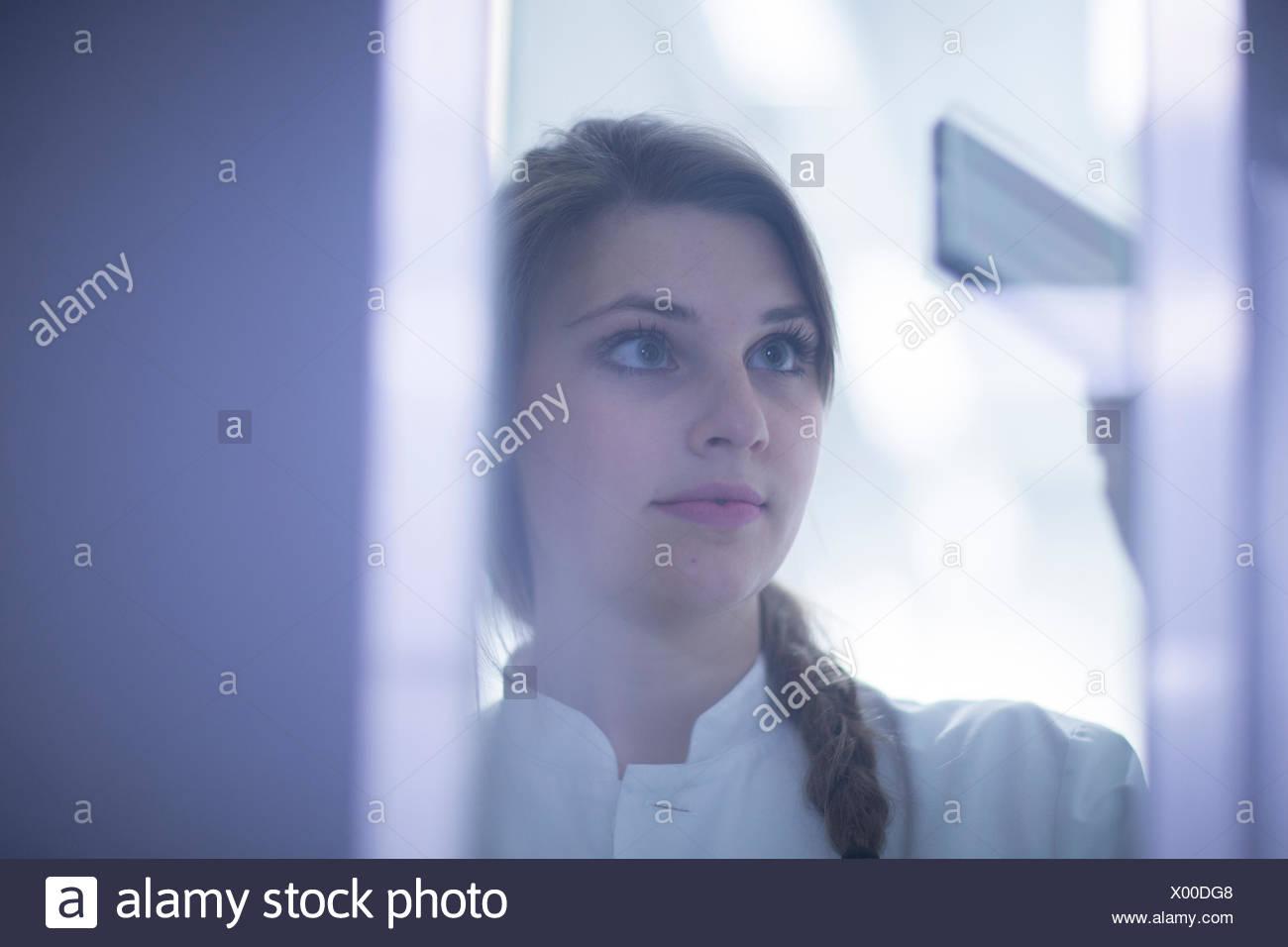 Close up della donna scienziato esaminare la diapositiva per microscopia Immagini Stock