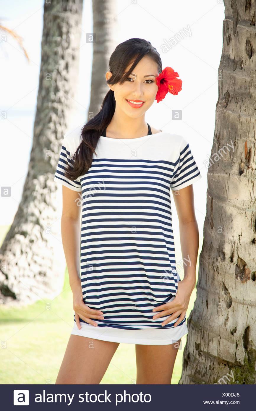 cheap for discount 806c4 97342 Hawaii, attraente giovane donna modelli un bianco e nero a ...