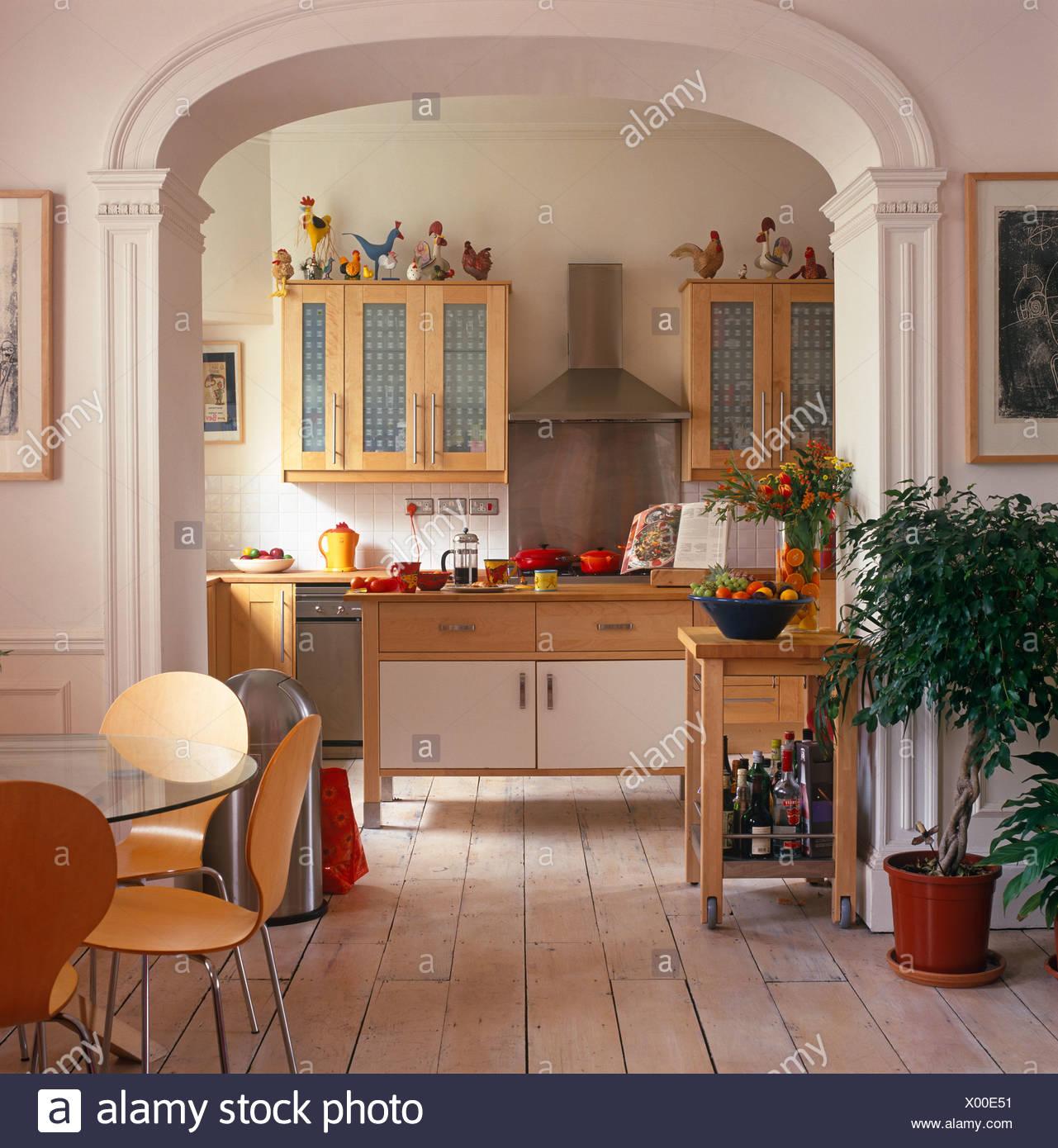 Arco Tra Cucina E Sala.Arne Jacobsen Sedie Di Stile In Sala Da Pranzo Con Parquet E Ficus