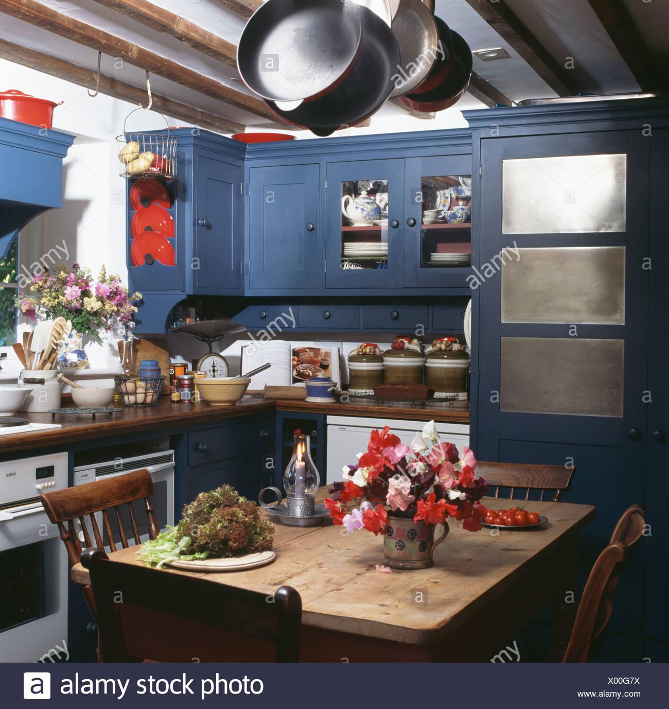 Tavoli Da Cucina Colorati.Vaso Di Fiori Colorati Sul Tavolo Da Pranzo In Legno Cottage