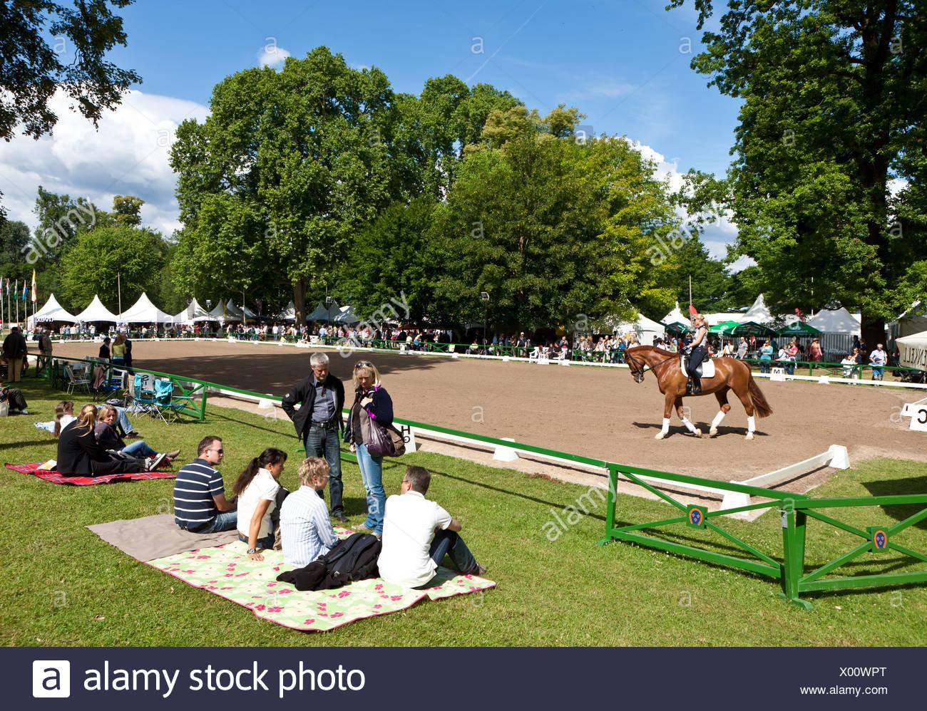 Gli spettatori presso il pentecostale internazionale di salto ostacoli e dressage concorrenza, Schlosspark Palazzo Biebrich gardens Immagini Stock