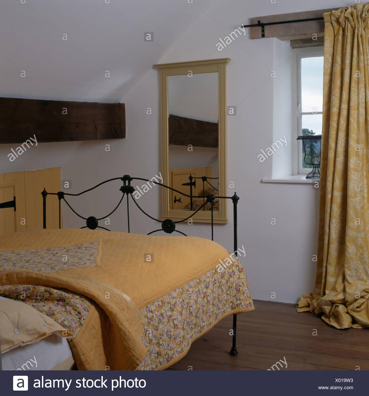 Panno giallo sul letto di ferro in bianco cottage camera da letto ...