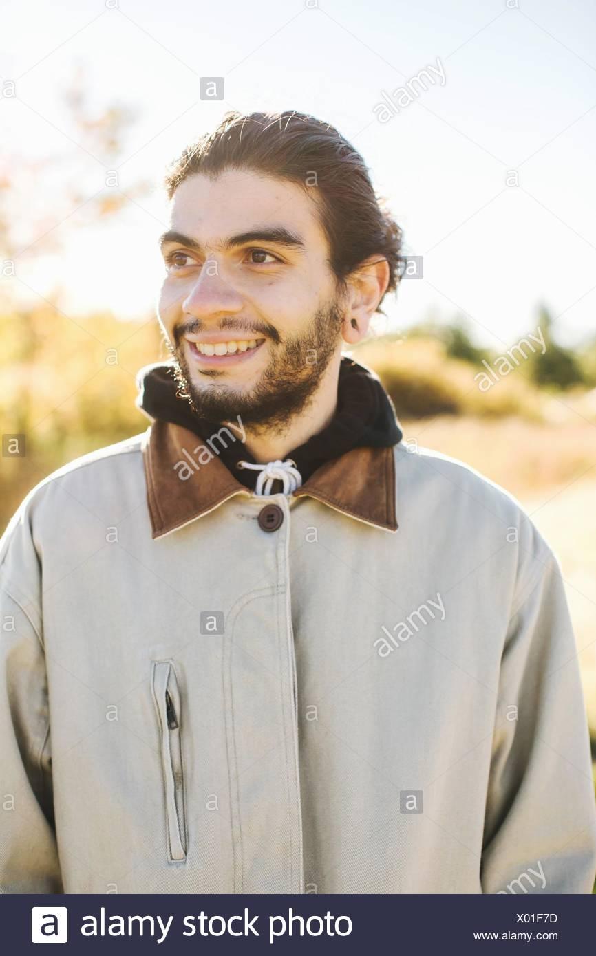 Ritratto di giovane uomo, sorridente, all'aperto Immagini Stock