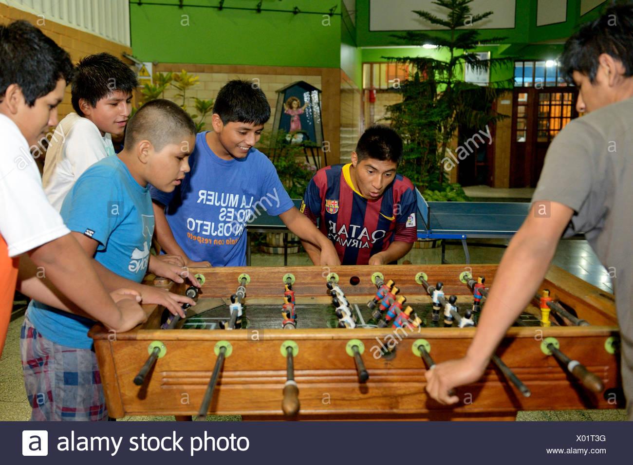 I ragazzi giocare a biliardino tavolo, Lima, Peru Immagini Stock