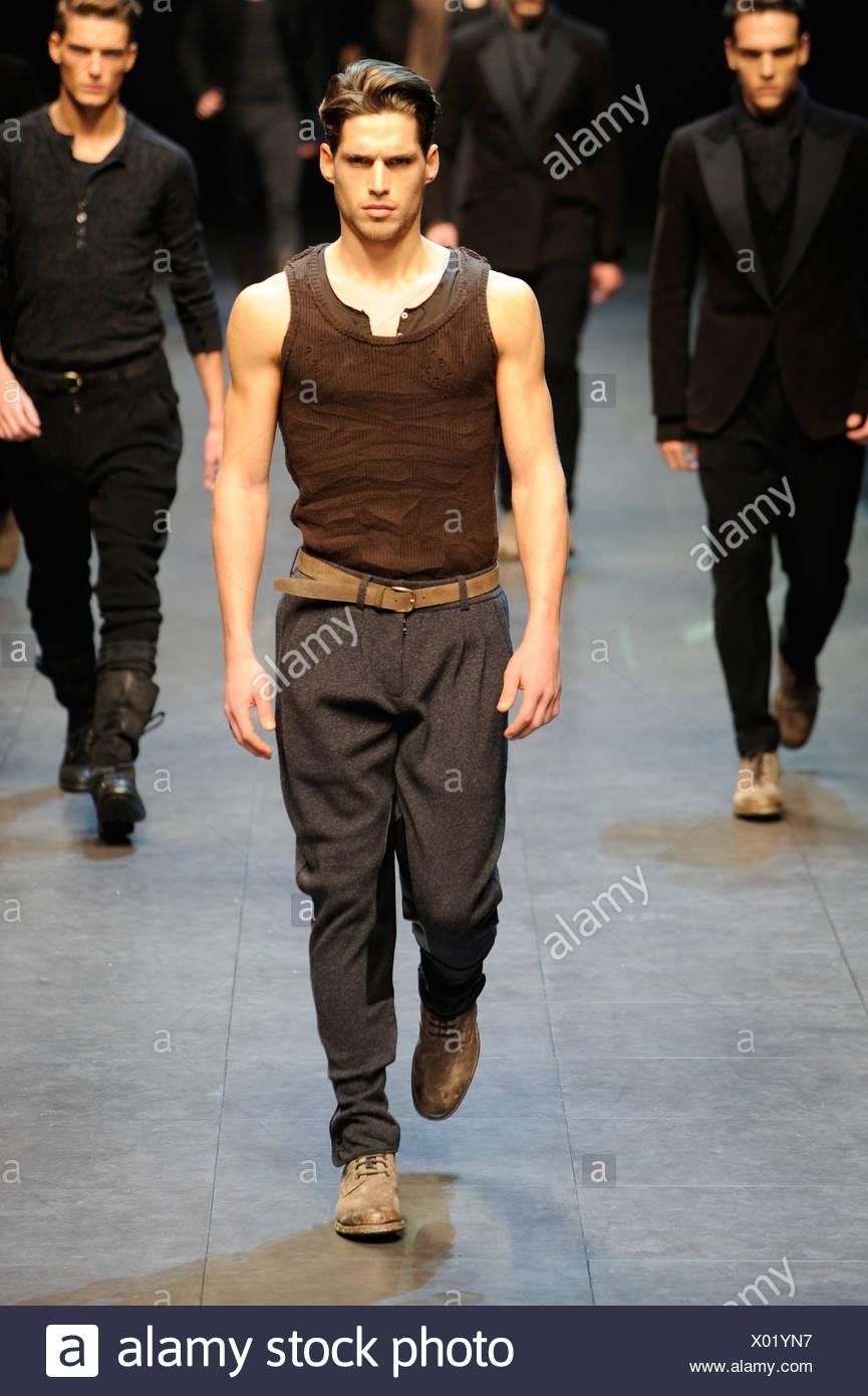 Dolce   Gabbana Milano pronto a indossare abbigliamento Uomo Autunno  Inverno grigio larghi gamba rastremata pantaloni di lana una luce tan  cintura c0970d29a86