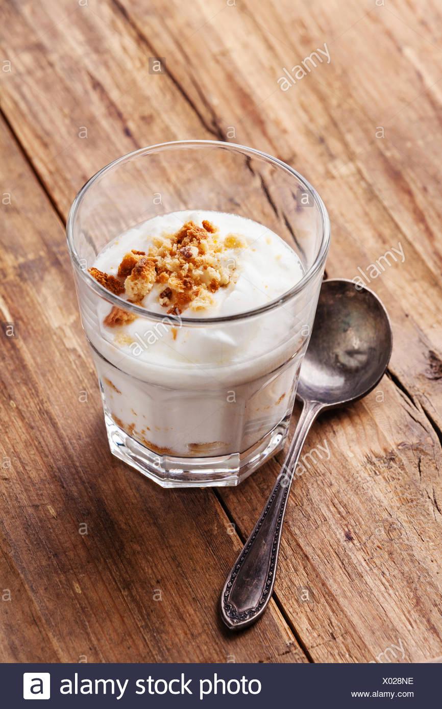 Sana deliziosa crema di yogurt muesli su spazio copia sullo sfondo di legno Immagini Stock