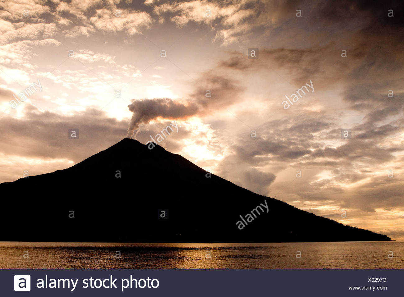 Vulcano nel sole al mattino Immagini Stock